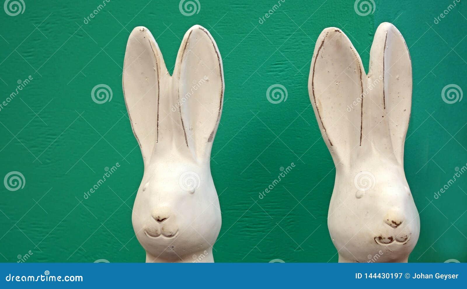 2 белых зайчика пасхи