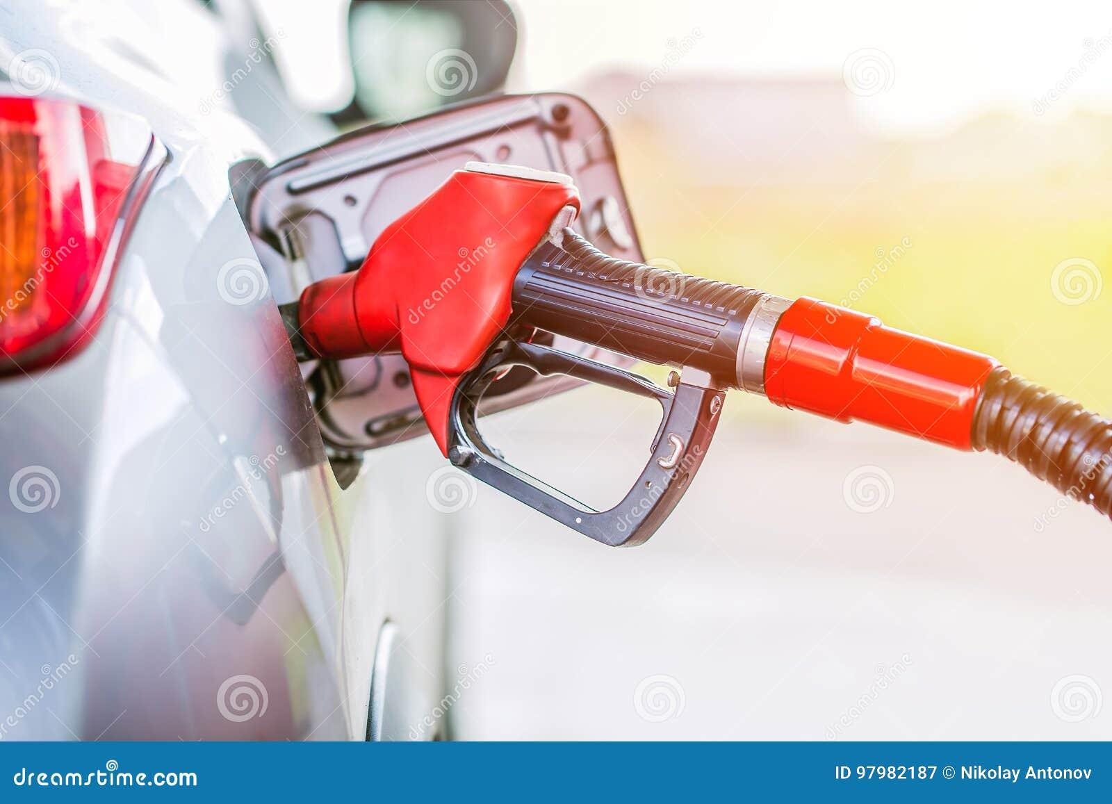 Бензин нефти нагнетая на бензоколонке Тонизированный конец поднимающий вверх и