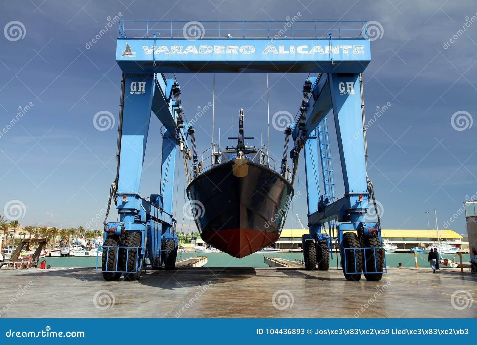 Береговая охрана испанских таможен над travelift перед идет к воде