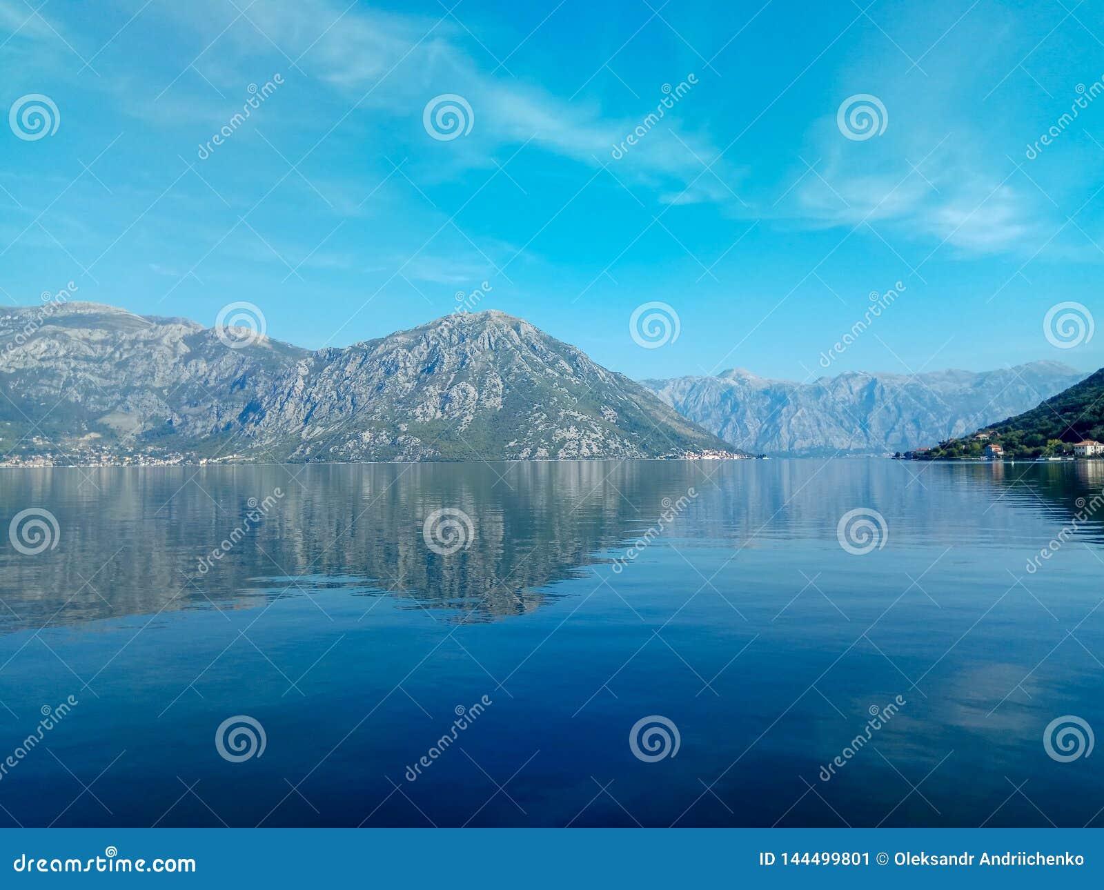 Берег Адриатического моря в заливе Boka Kotor в старом городке, Черногории