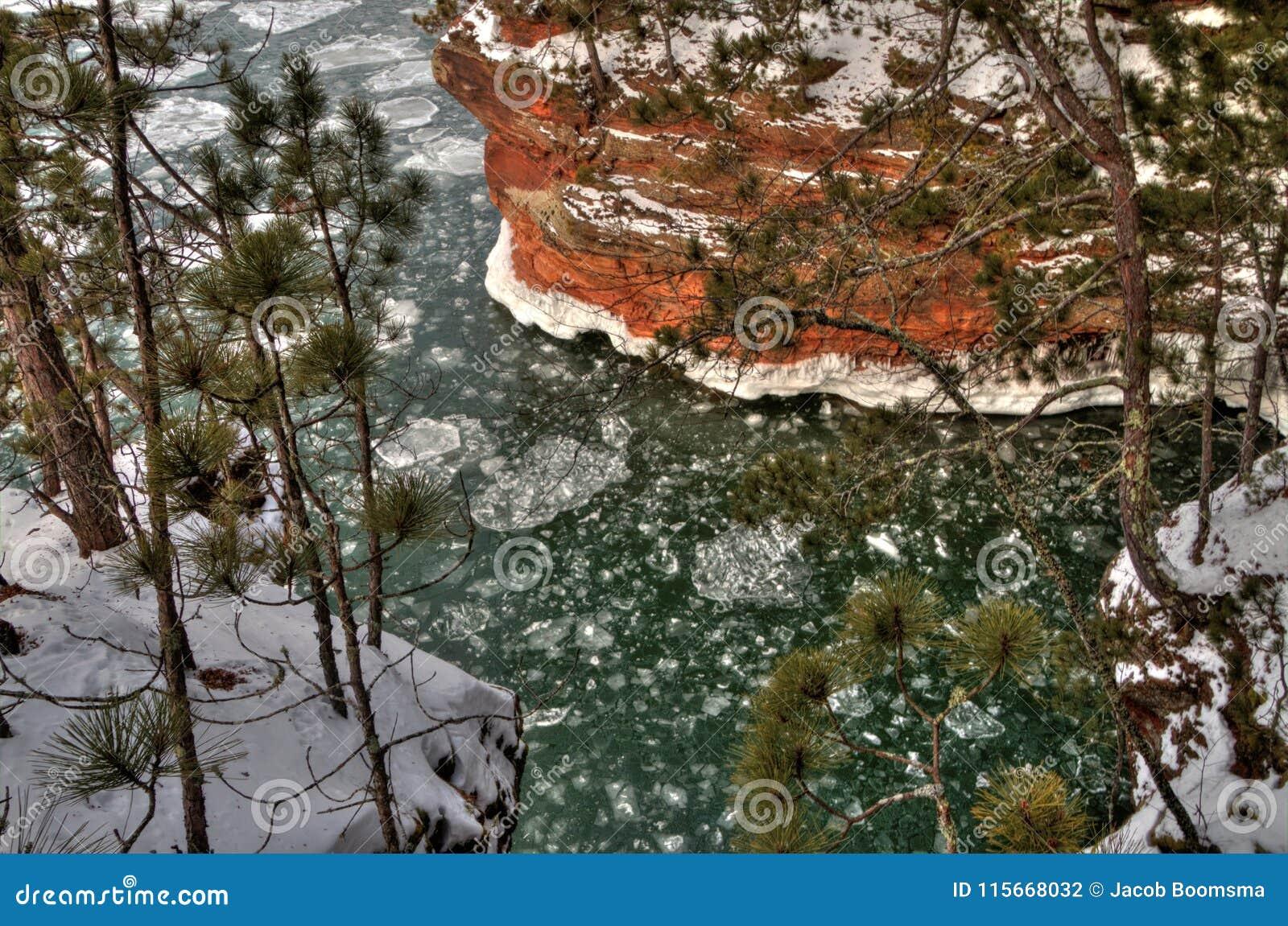 Берег озера остров апостола национальный популярное туристское назначение на Lake Superior в Висконсине