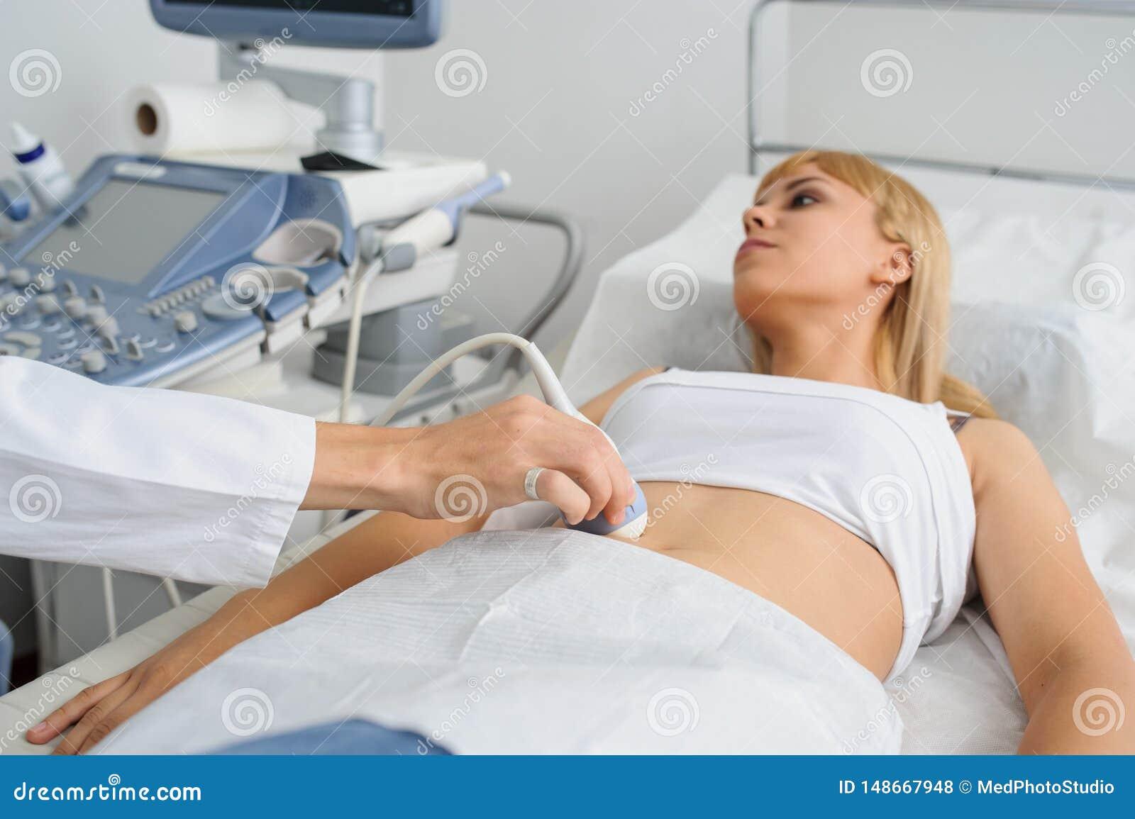 Беременная дама pacient на рассмотрении ultrasonography