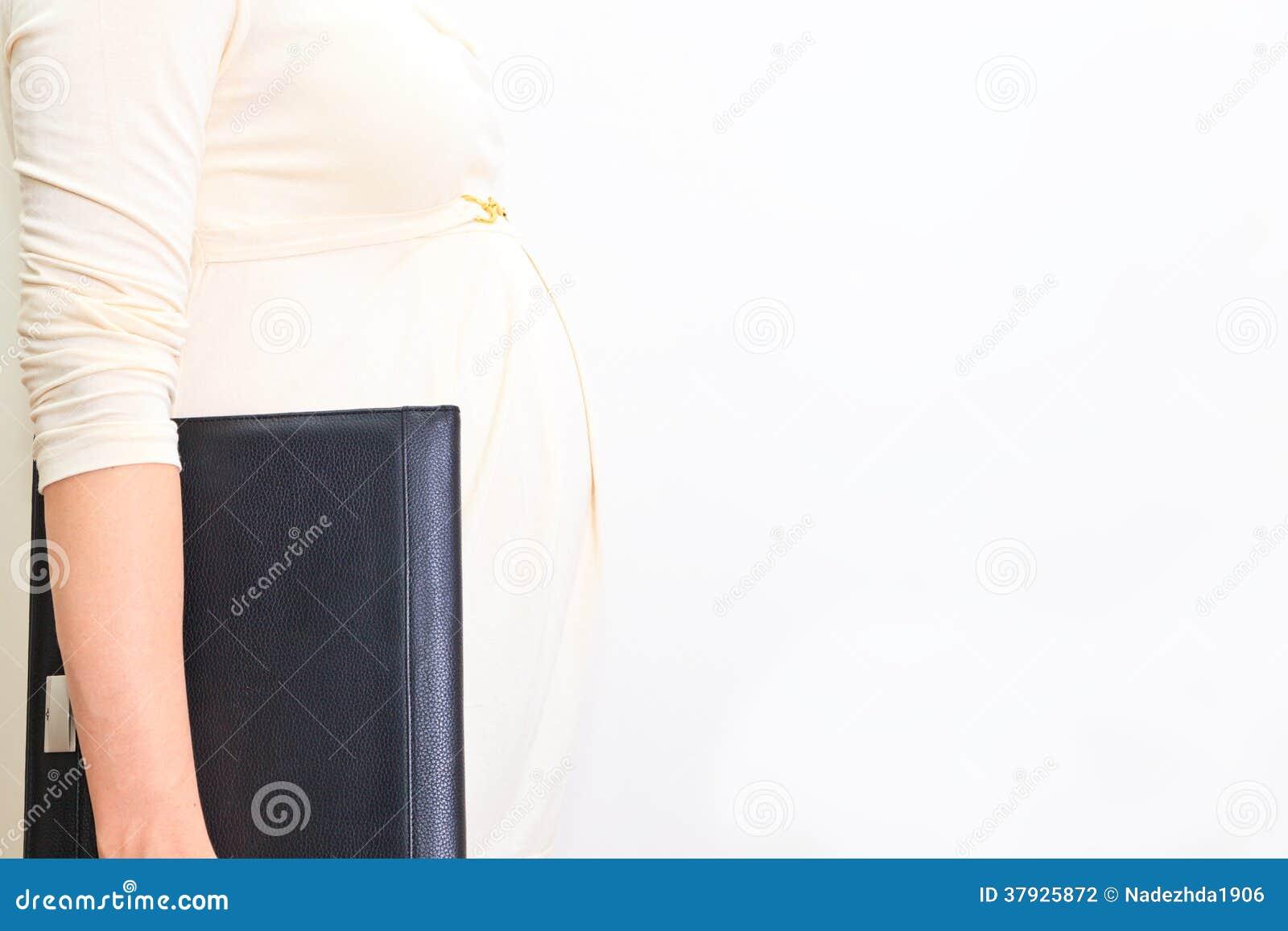 Беременная женщина на работе