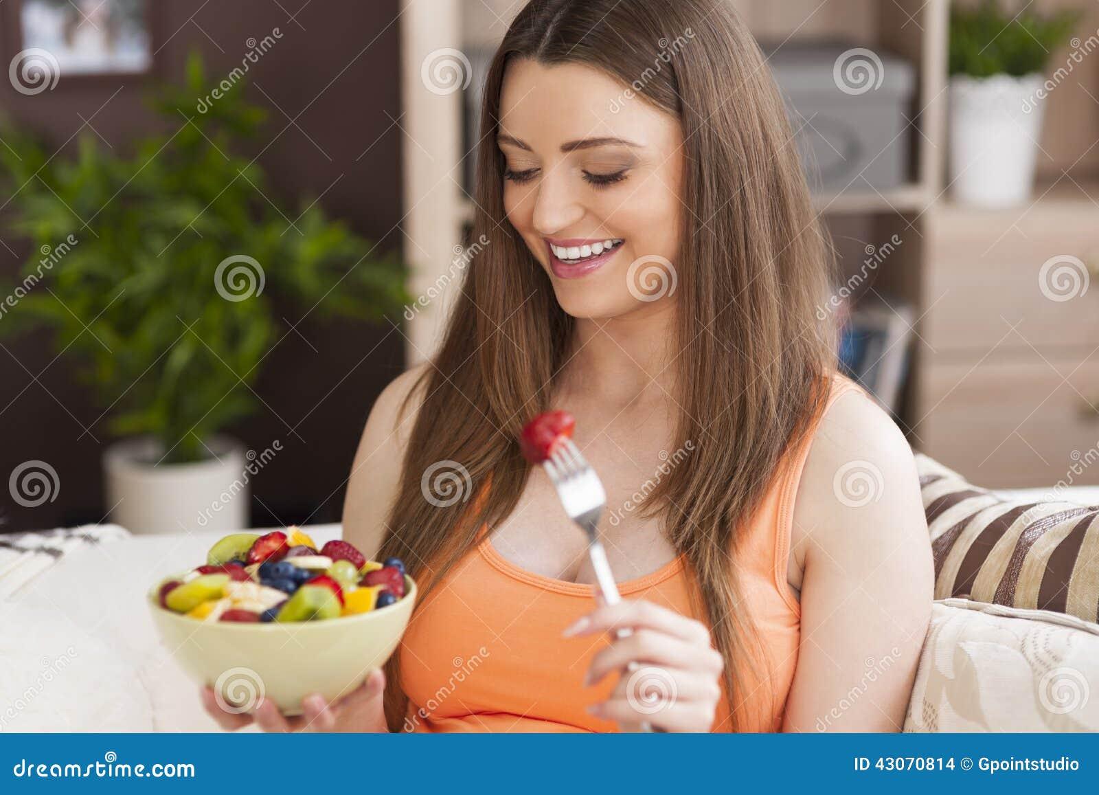Беременная женщина с свежими фруктами