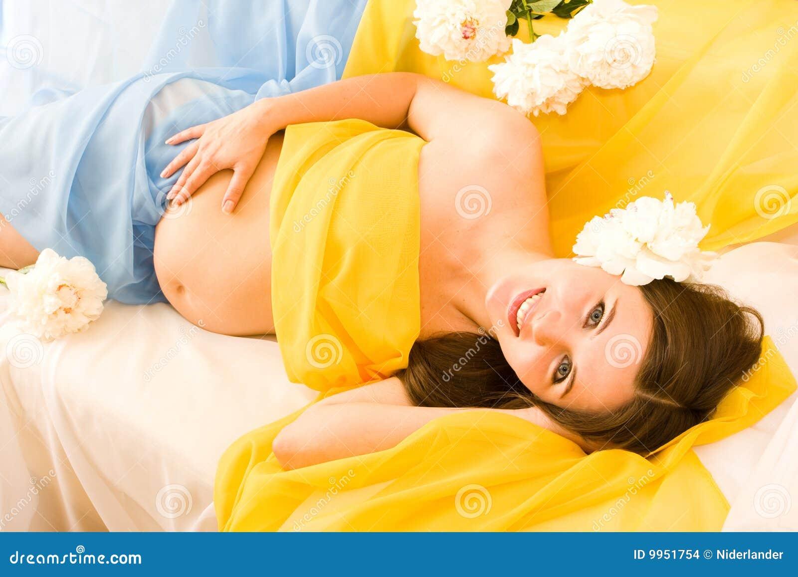 С беременной девушкой в ванне 26 фотография