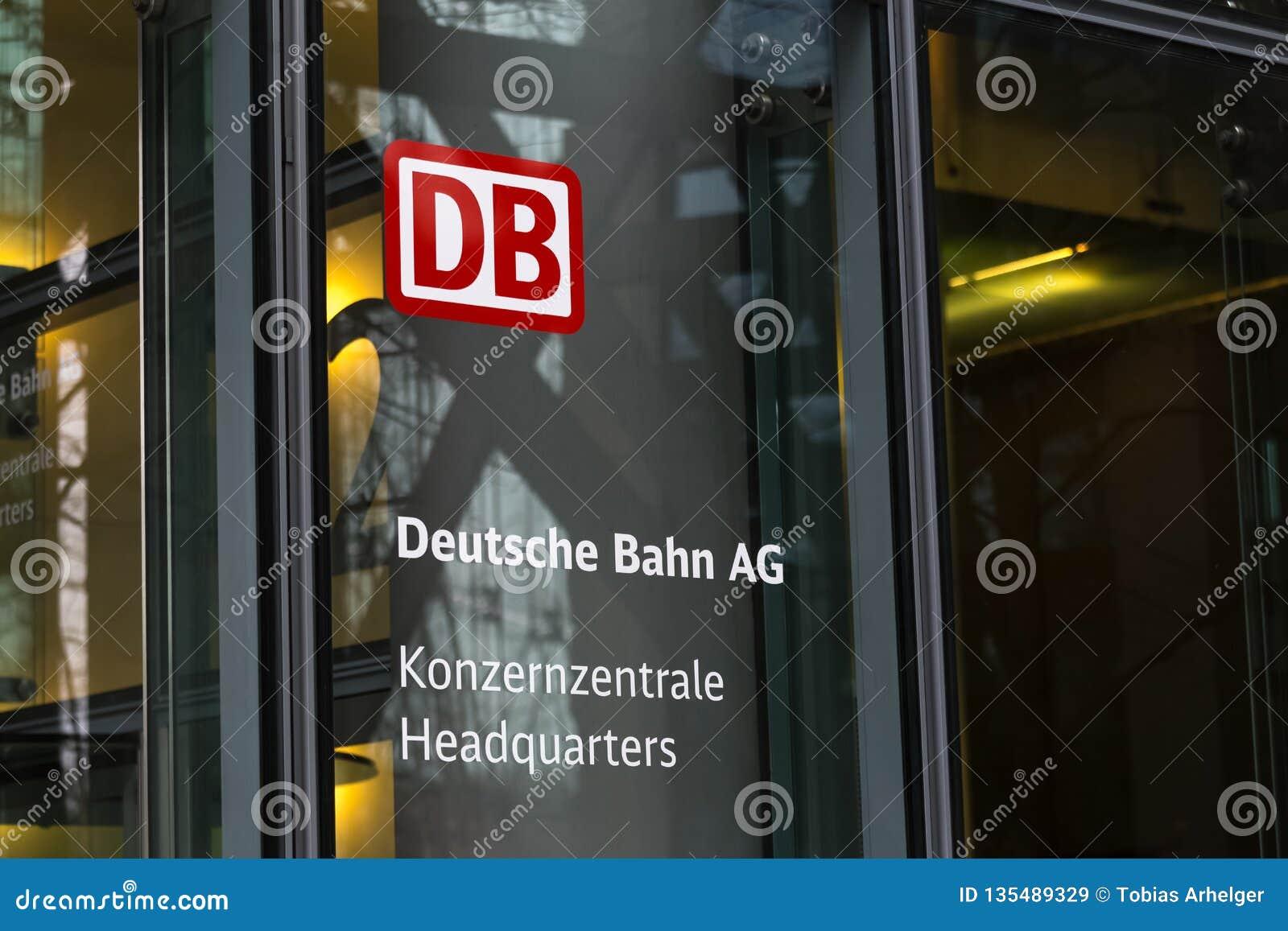 Берлин, Берлин/Германия - 24 12 18: штабы Deutsche Bahn возвышаются Берлин Германия