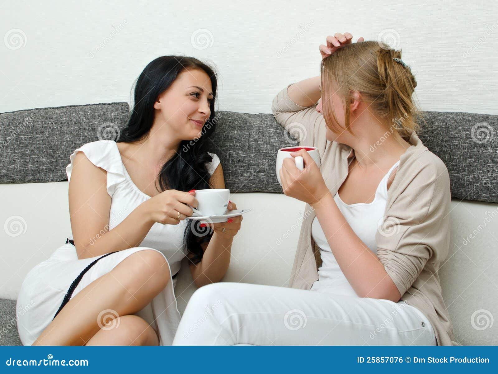 Беседовать 2 друзей женщин
