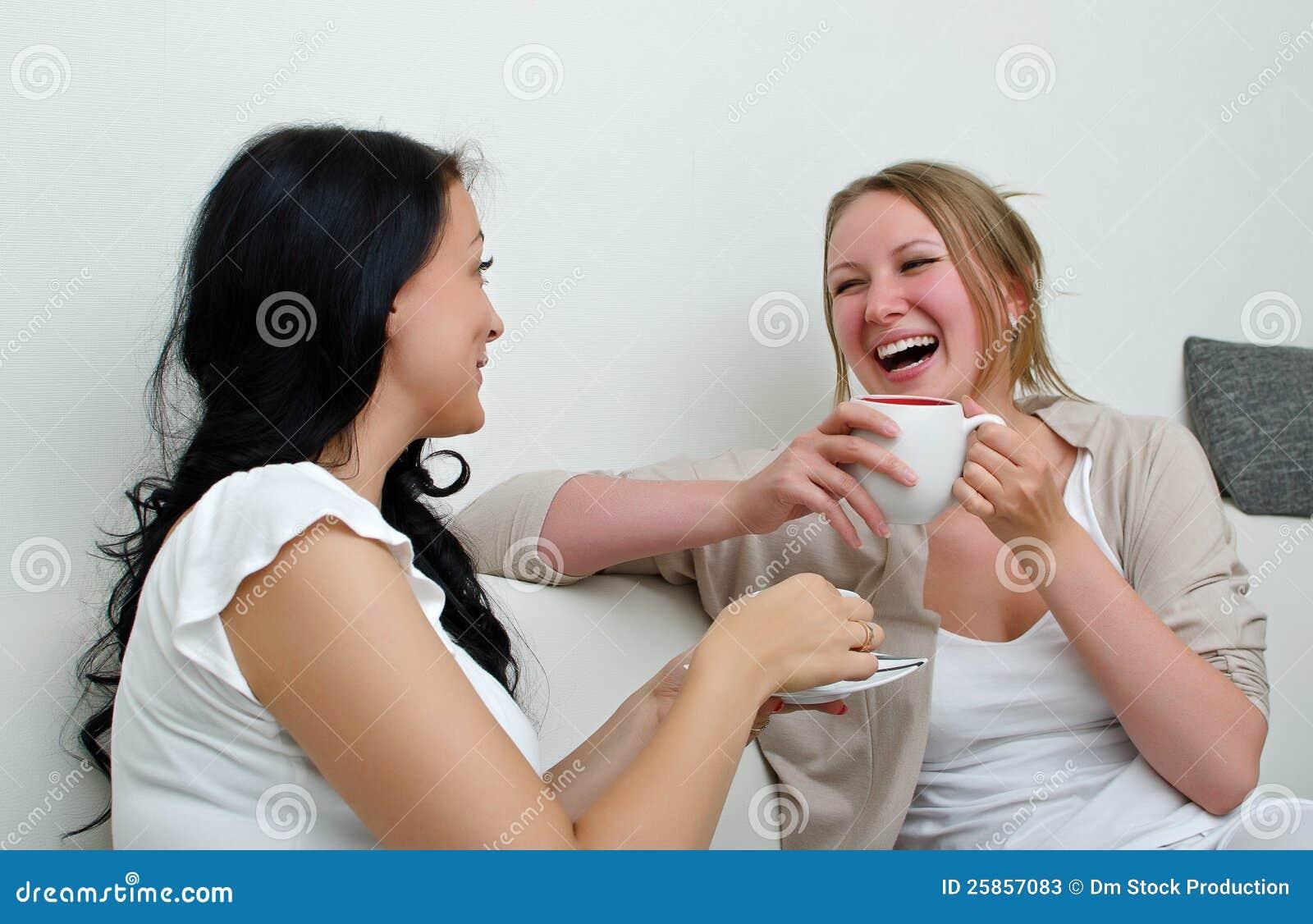 Склонила свою подругу, Сучка склонила девушку к клиторальным лизаниям 19 фотография
