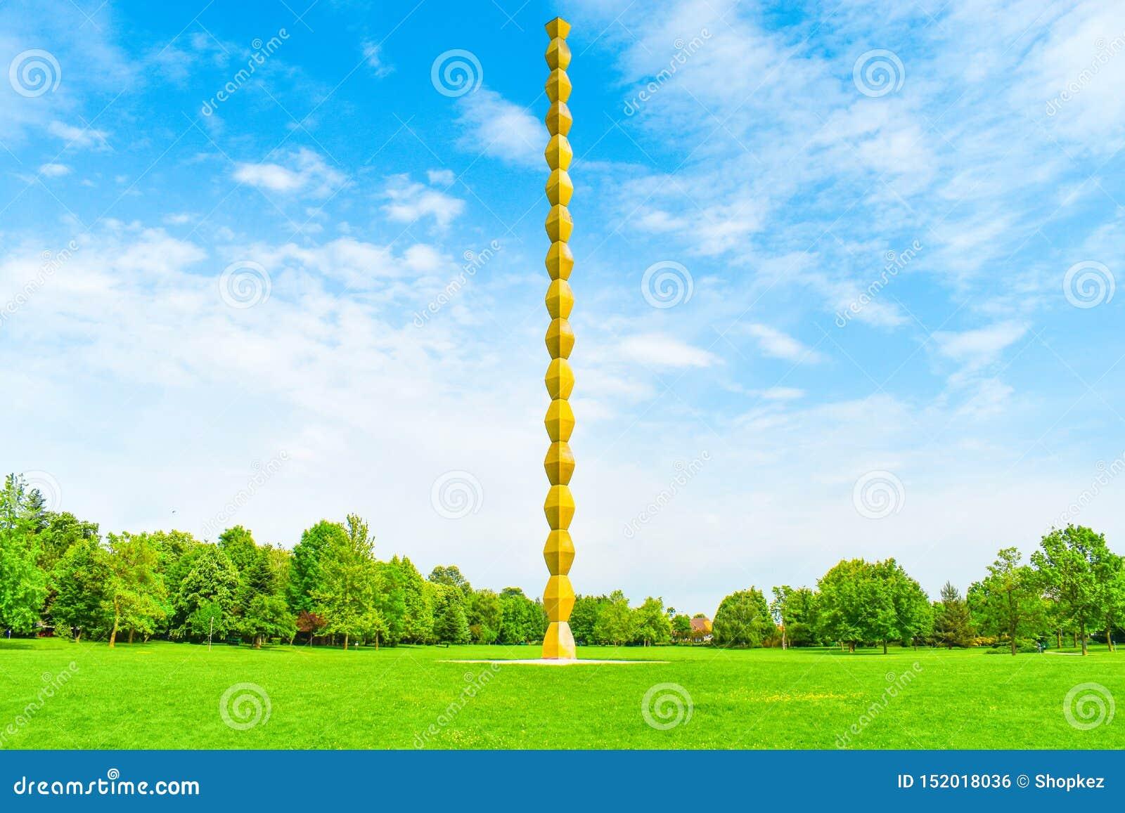 Бесконечный столбец или столбец безграничности в центральном парке от Targu Jiu в летнем дне Бесконечные столбец или Coloana