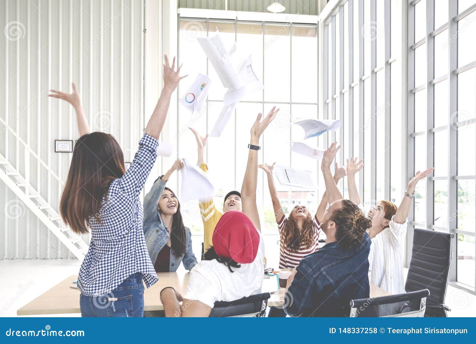 Беспристрастная группа в составе бумага и чувствовать документов молодого творческого prople работника команды бросая счастливый
