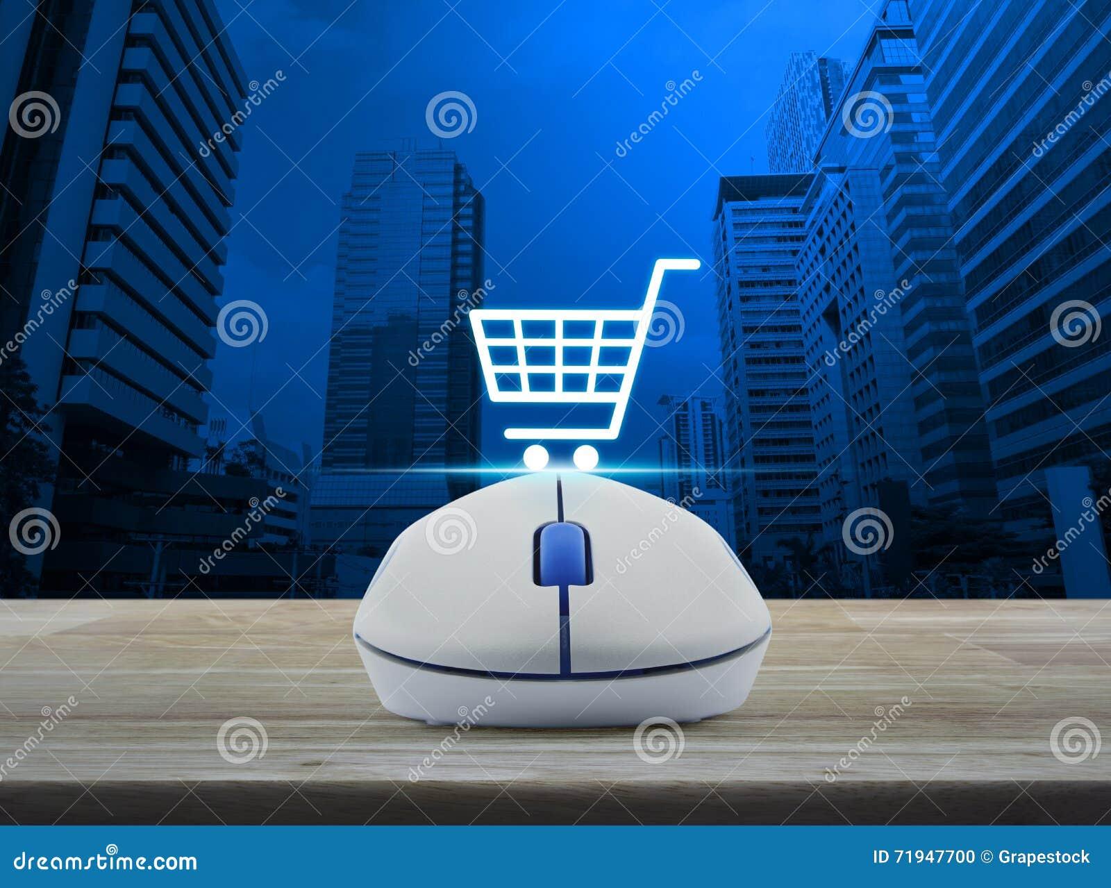 Беспроволочная мышь компьютера с онлайн значком покупок на деревянном tabl