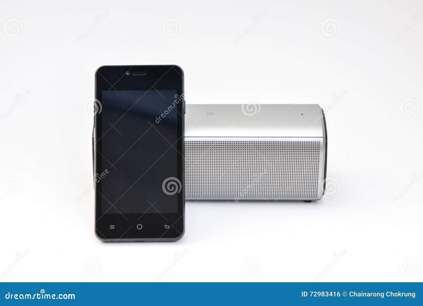 Беспроволочный диктор соединенный к мобильному телефону