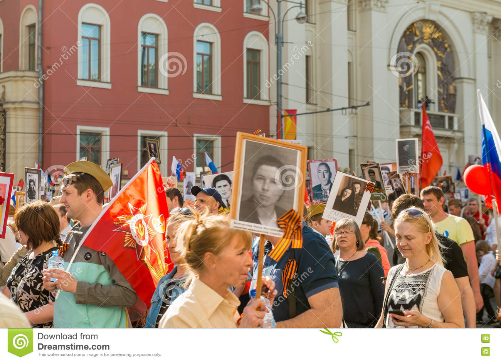 Download Бессмертный полк в Москве редакционное стоковое фото. изображение насчитывающей праотец - 72296998