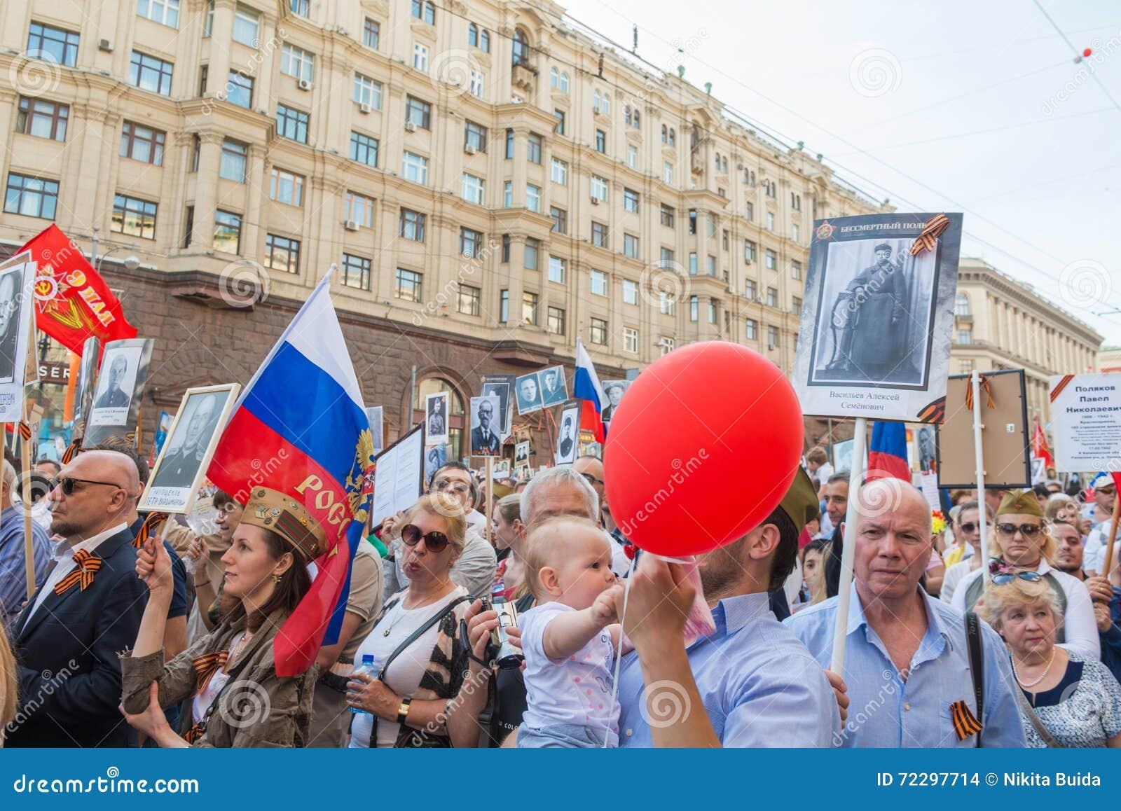 Download Бессмертный полк в Москве редакционное стоковое изображение. изображение насчитывающей вооружения - 72297714