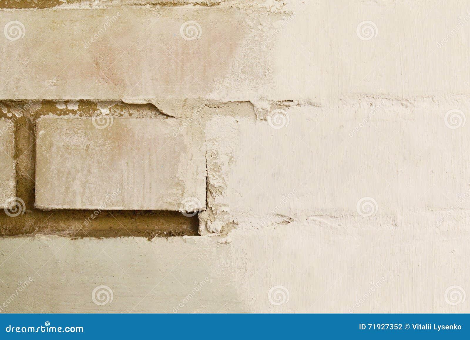 Белая кирпичная стена во время реновации