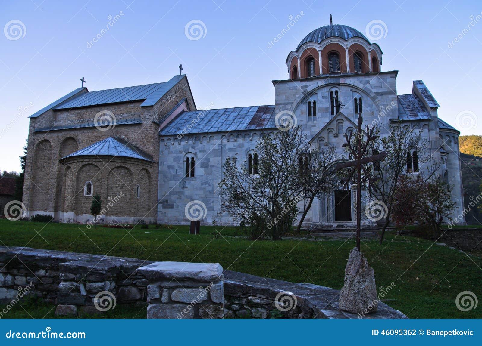 Белая мраморная церковь от 12 столетие внутри монастыря Studenica на заходе солнца