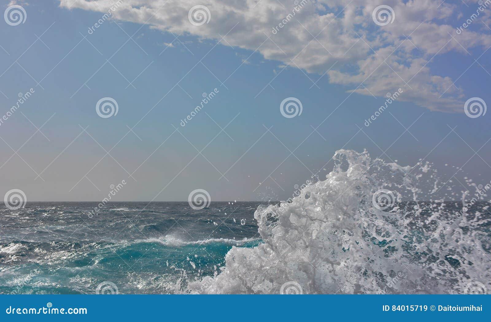 Белая океанская волна