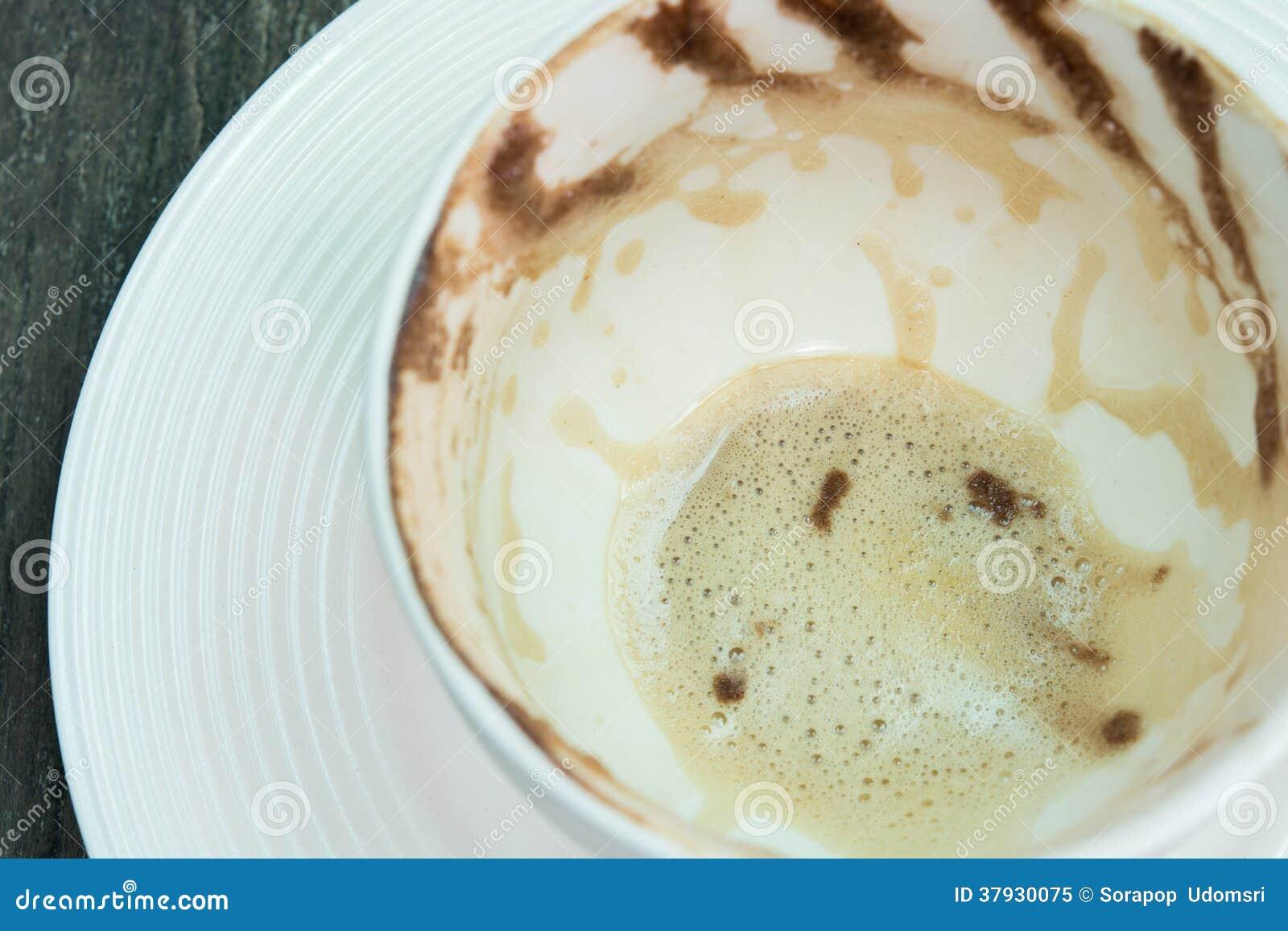 Белая отделка пены чашки кофе