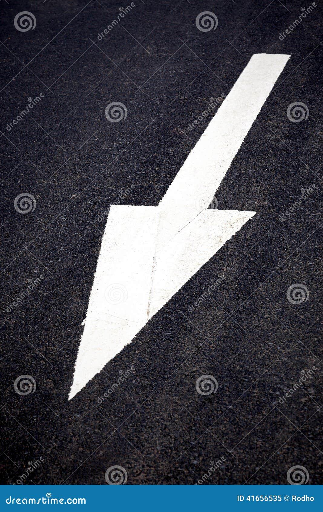 Белая передняя стрелка движения