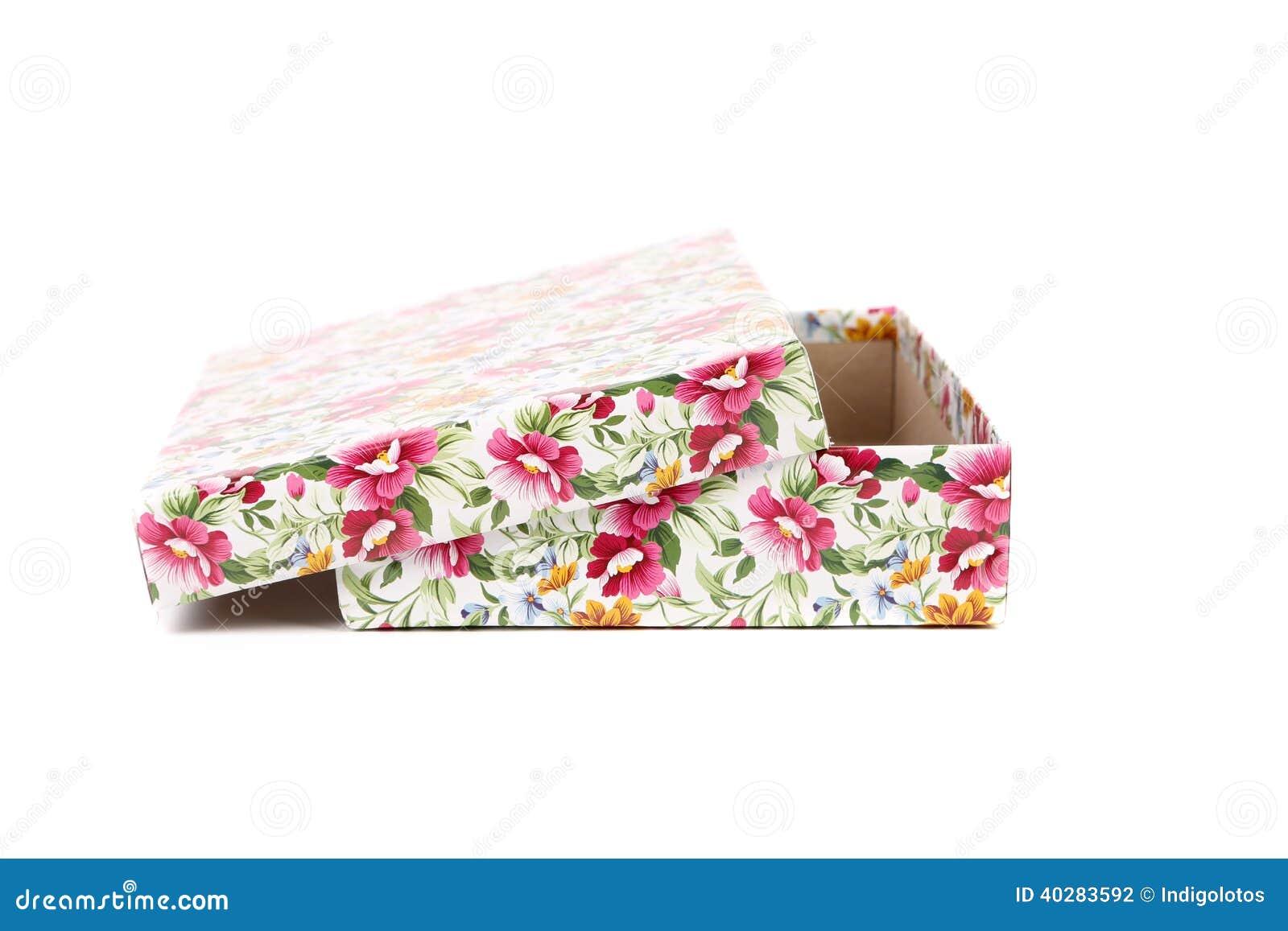 Белая подарочная коробка с красными голубыми и оранжевыми цветками