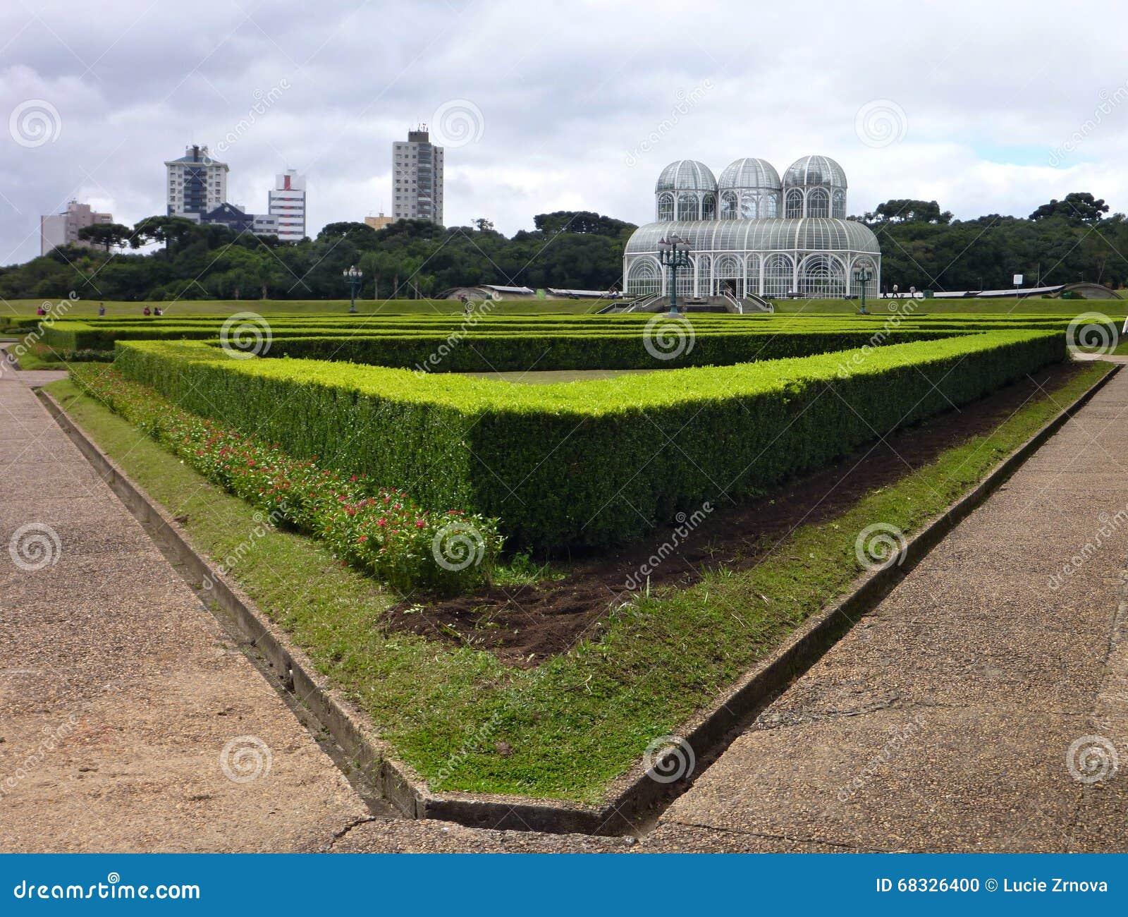 Белая структура ботанического сада в парке в Curitiba