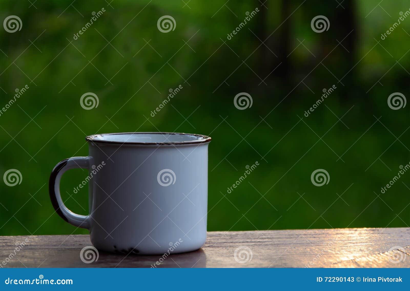 Download Белая чашка на таблице стоковое изображение. изображение насчитывающей официально - 72290143