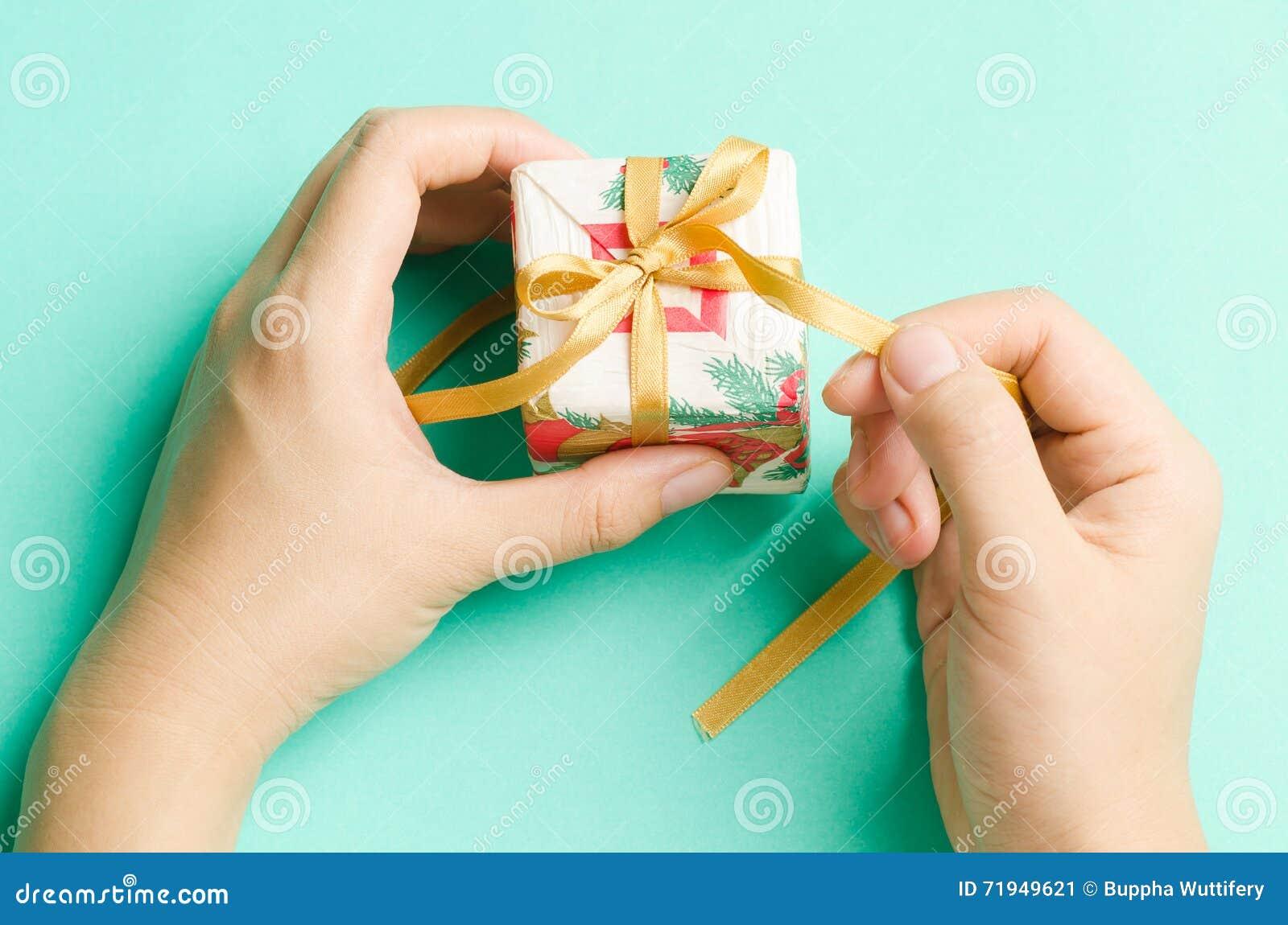 белизна коробки изолированная подарком