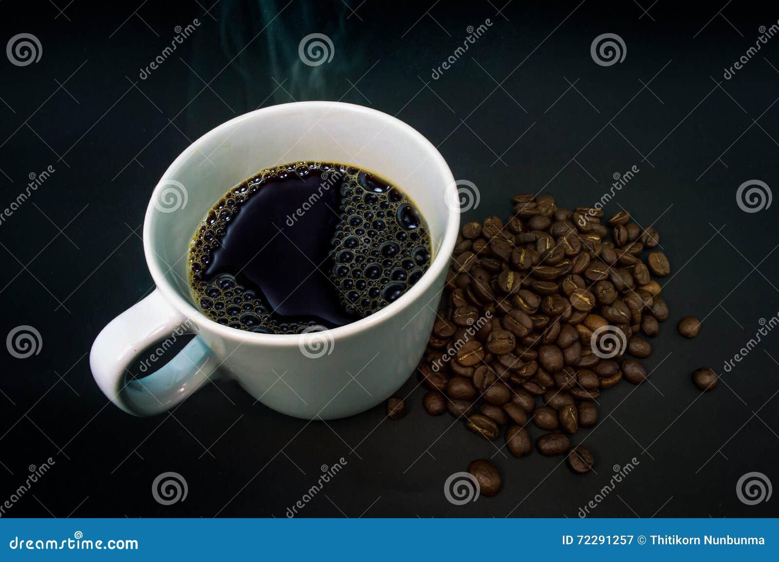 Download Белизна кофейной чашки с дымом на черной предпосылке Стоковое Изображение - изображение насчитывающей brougham, тип: 72291257
