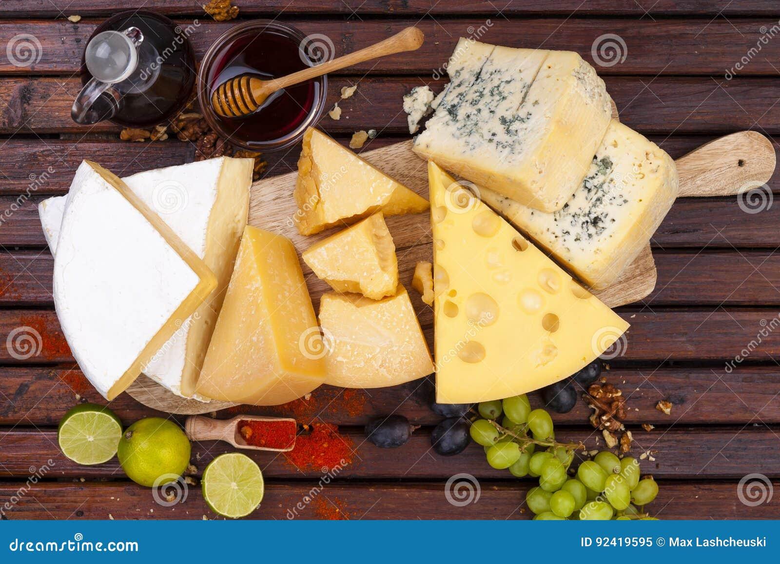 белизна доски предпосылки изолированная сыром сыр печатает различное на машинке Взгляд сверху