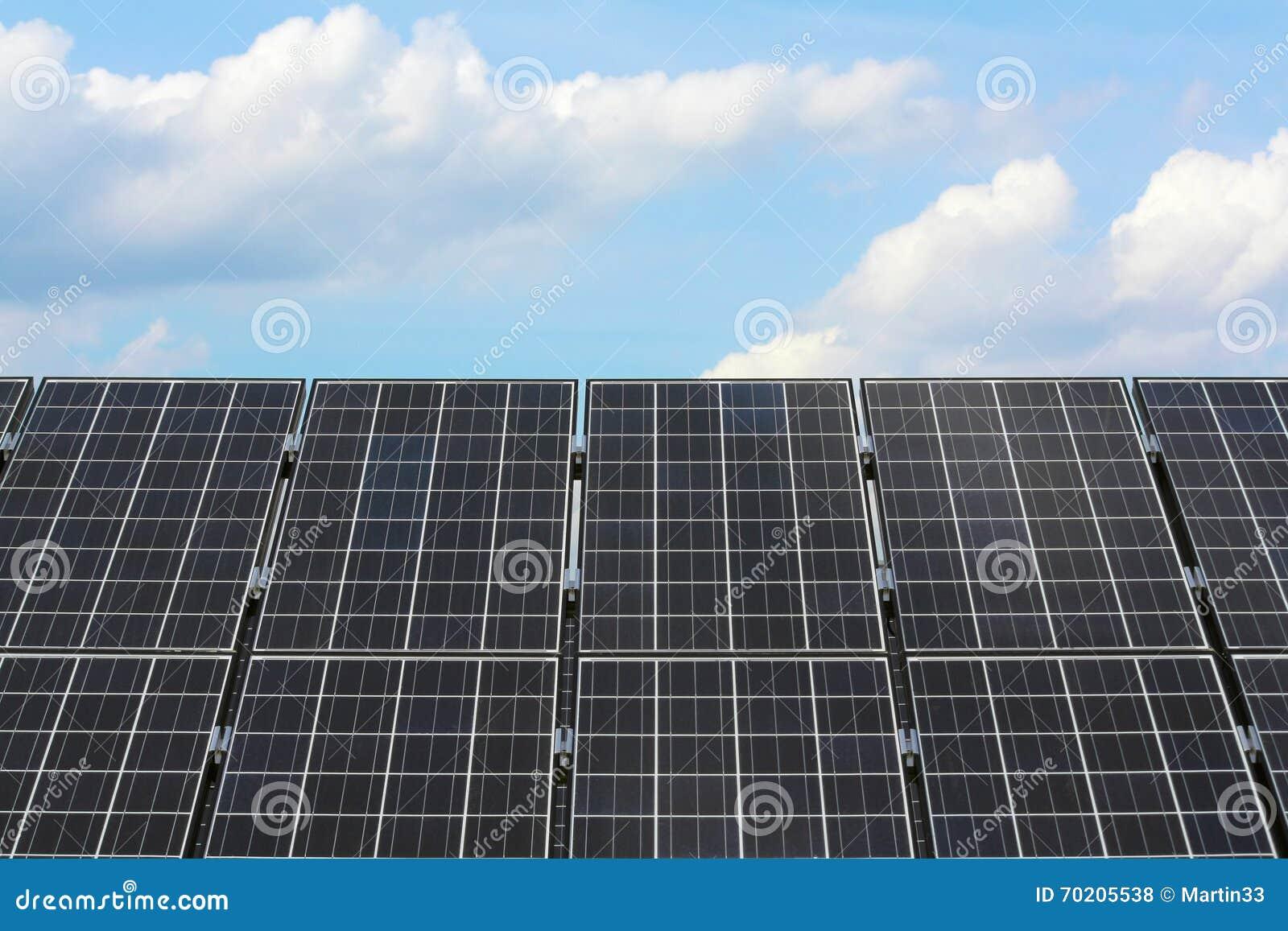 белизна солнца панели энергии изолированная рукой солнечная