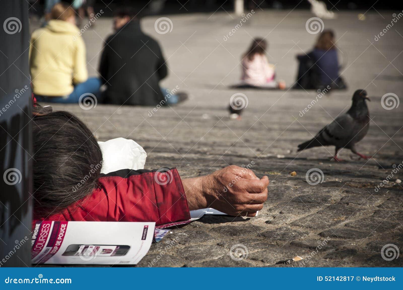 Бедный человек лежа вниз в Париже