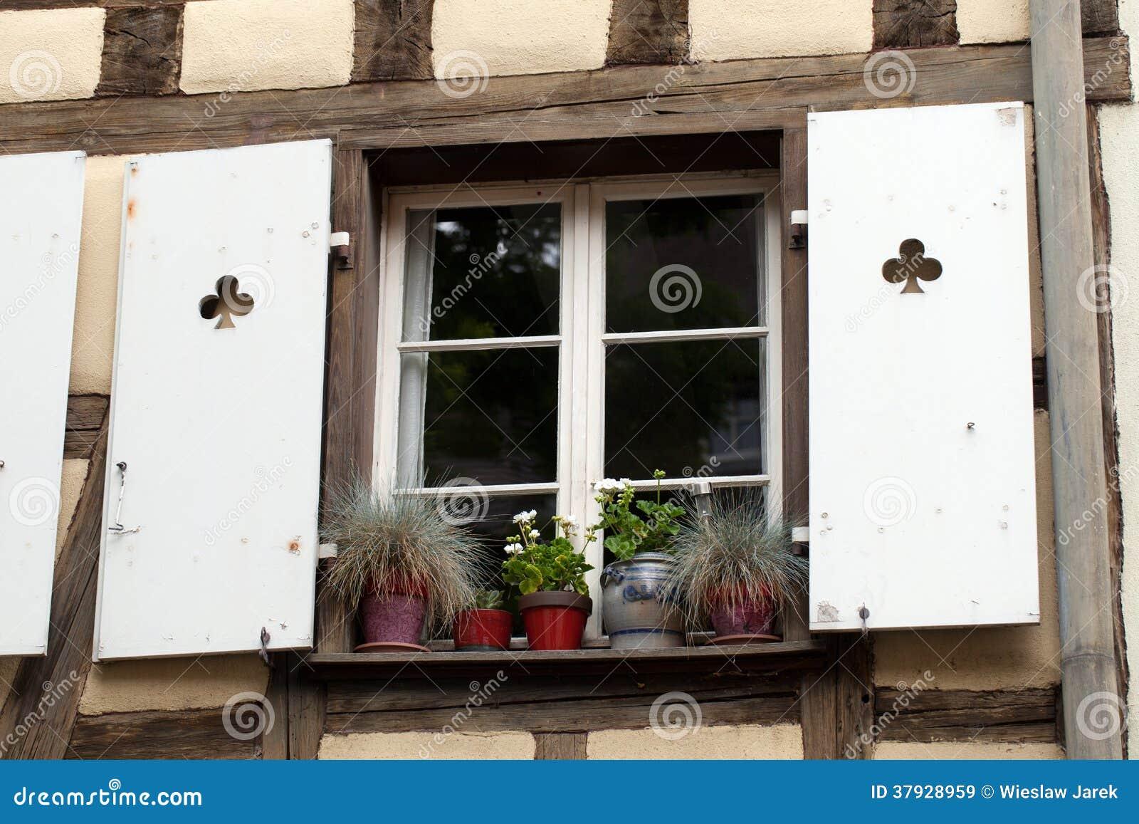 Белое окно с штарками