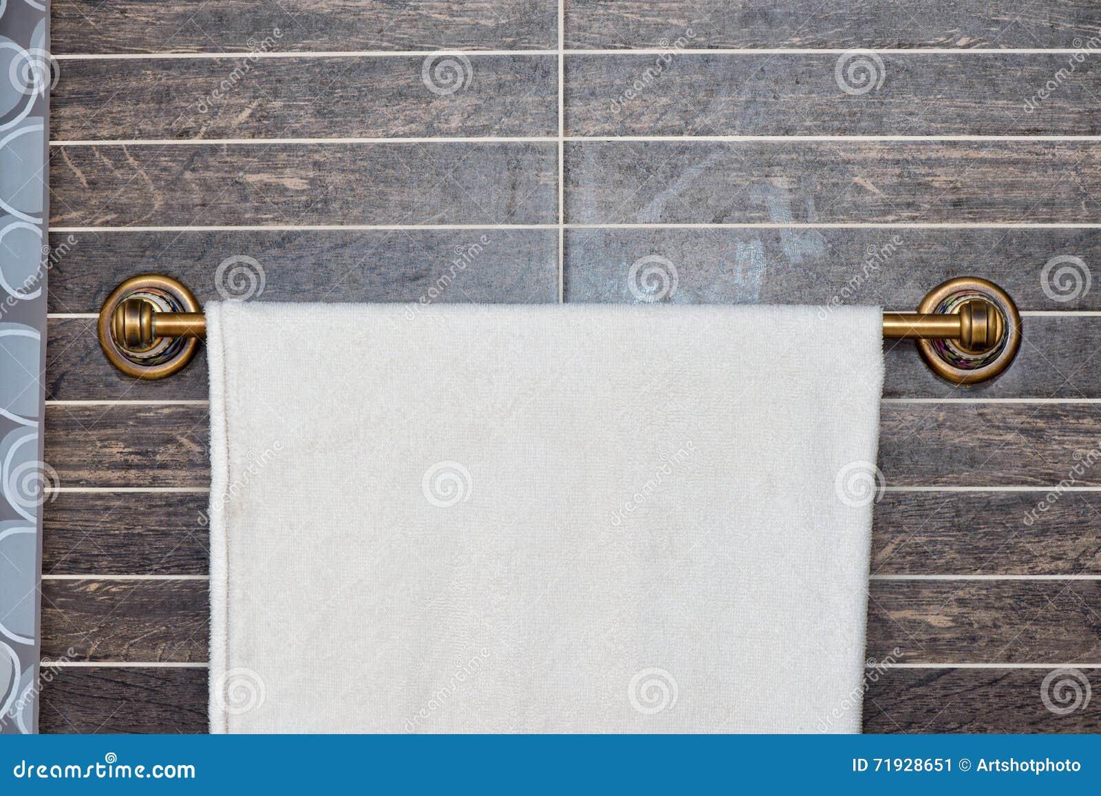 Белое полотенце на вешалке