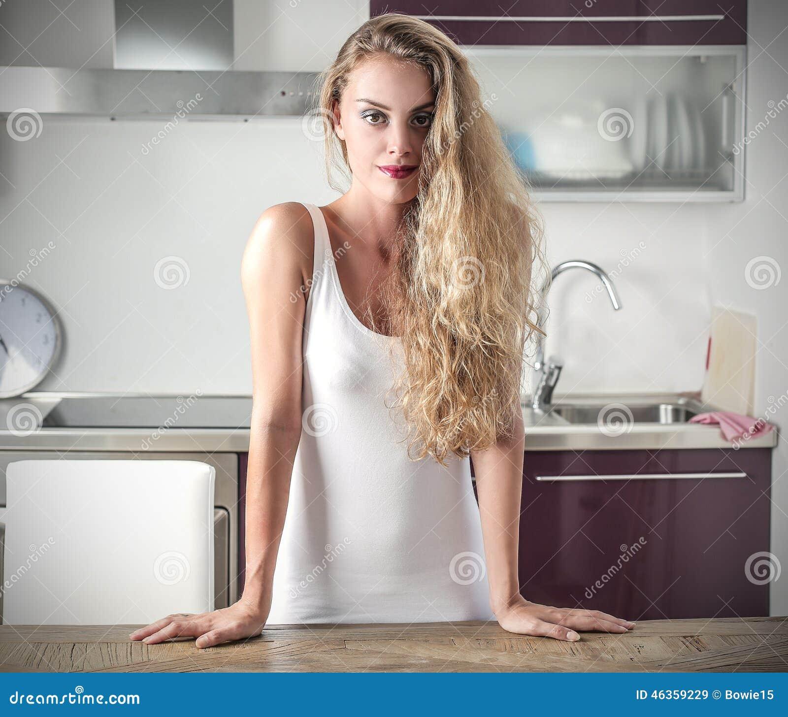на кухне фото девушек