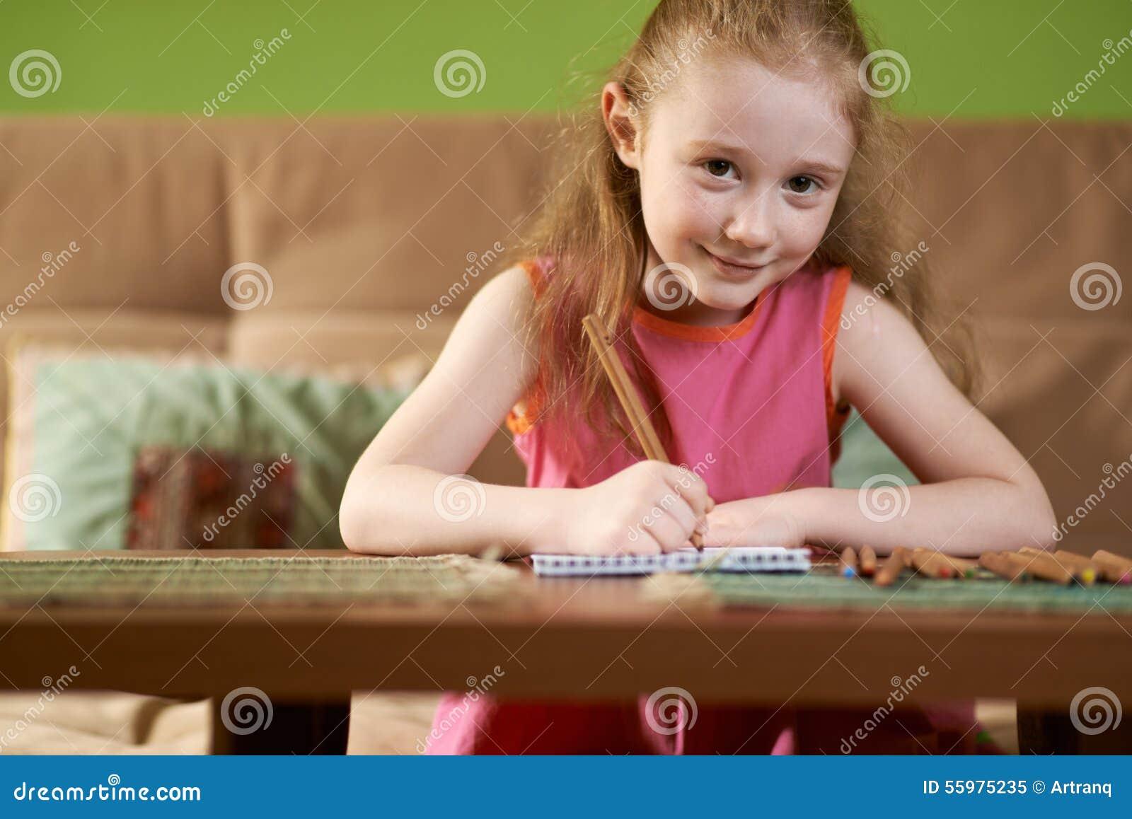 Белокурая девушка рисует карандаши