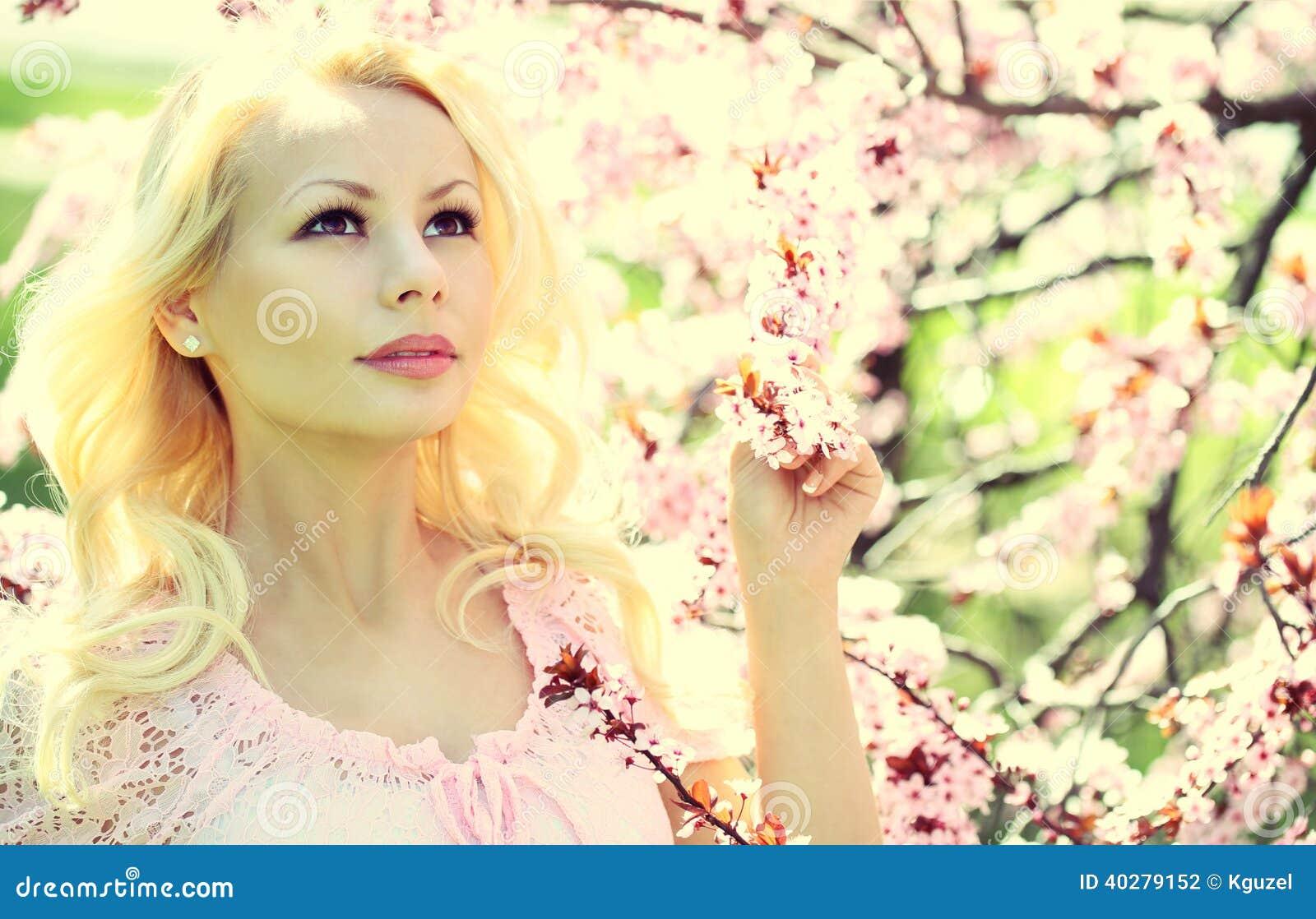 Белокурая девушка с вишневым цветом. Весна