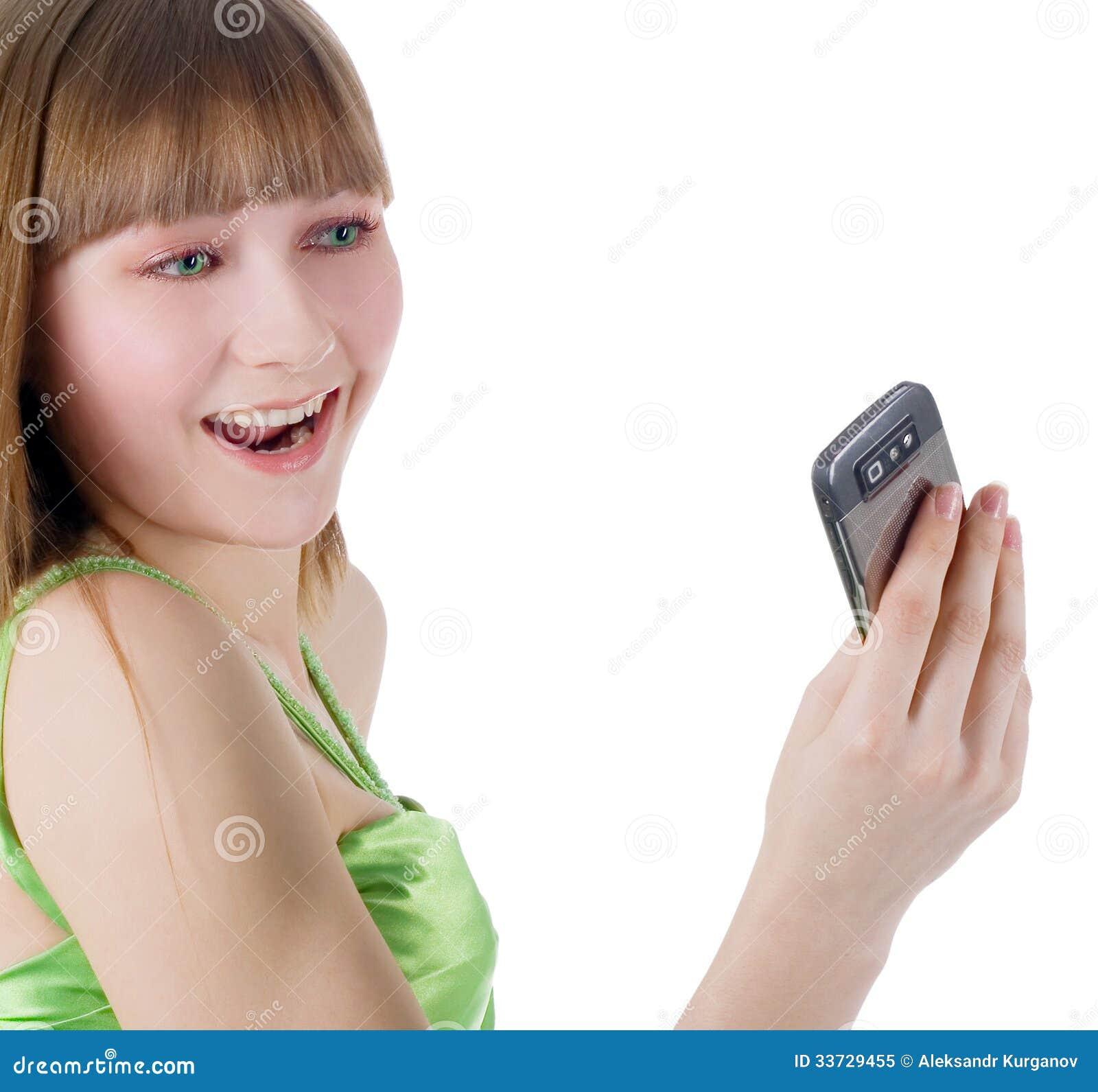 Белокурая девушка с мобильным телефоном на белизне