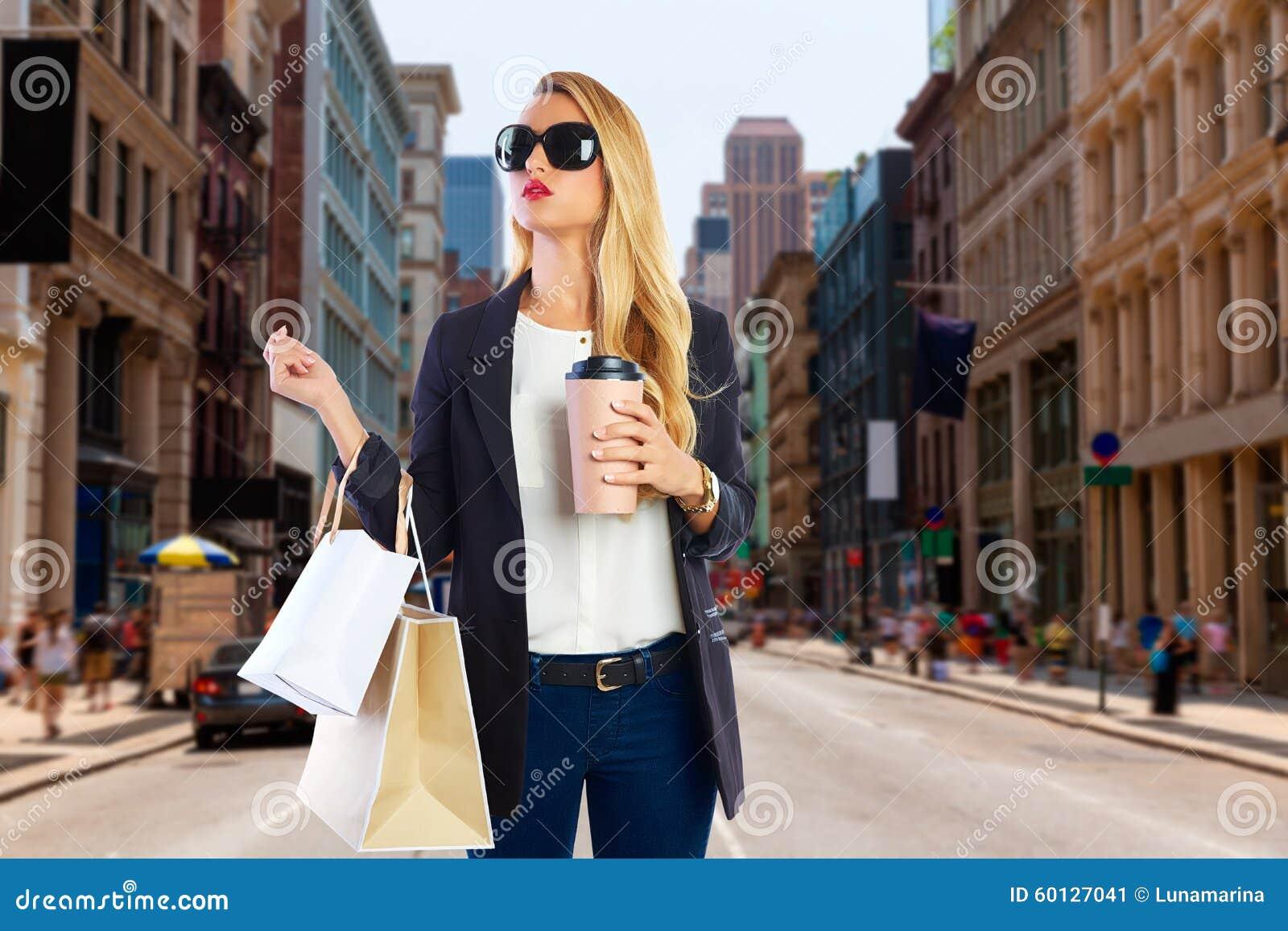Белокурая девушка shopaholic в Манхаттане Soho Нью-Йорке