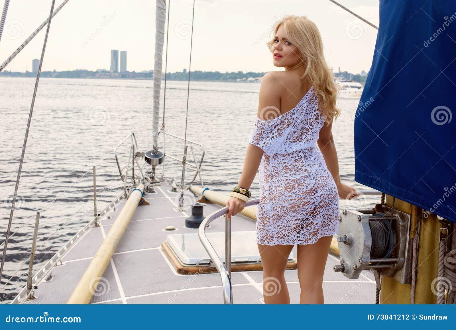 Фото в белом прозрачном платье