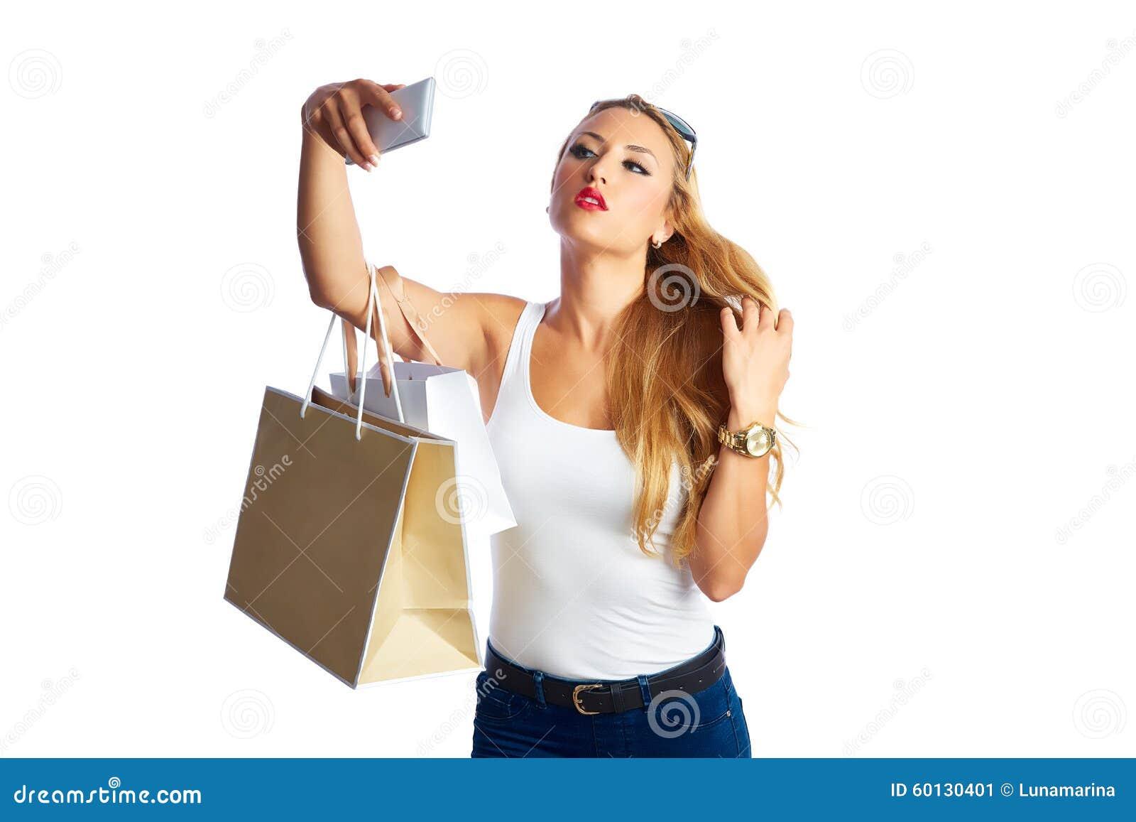 Белокурые shopaholic сумки и smartphone женщины