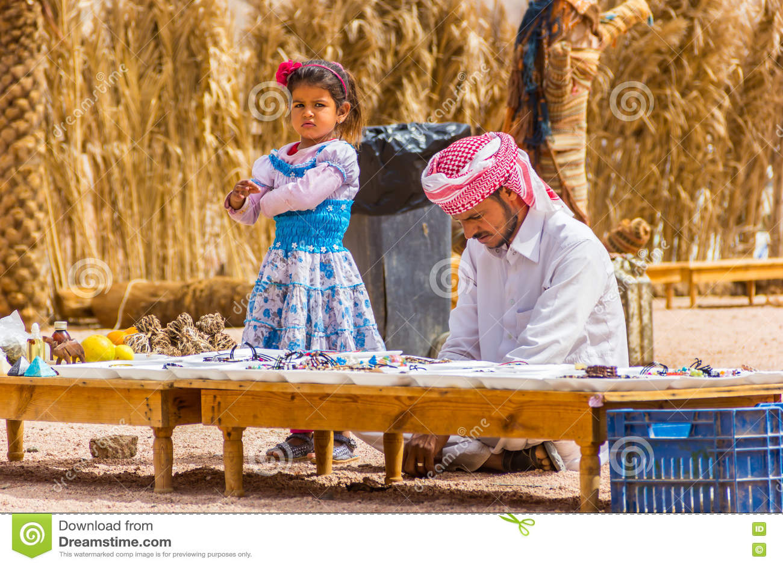 Download Бедуин и его дочь держат сувенирный магазин в пустыне Редакционное Стоковое Изображение - изображение насчитывающей плох, египетско: 72286964