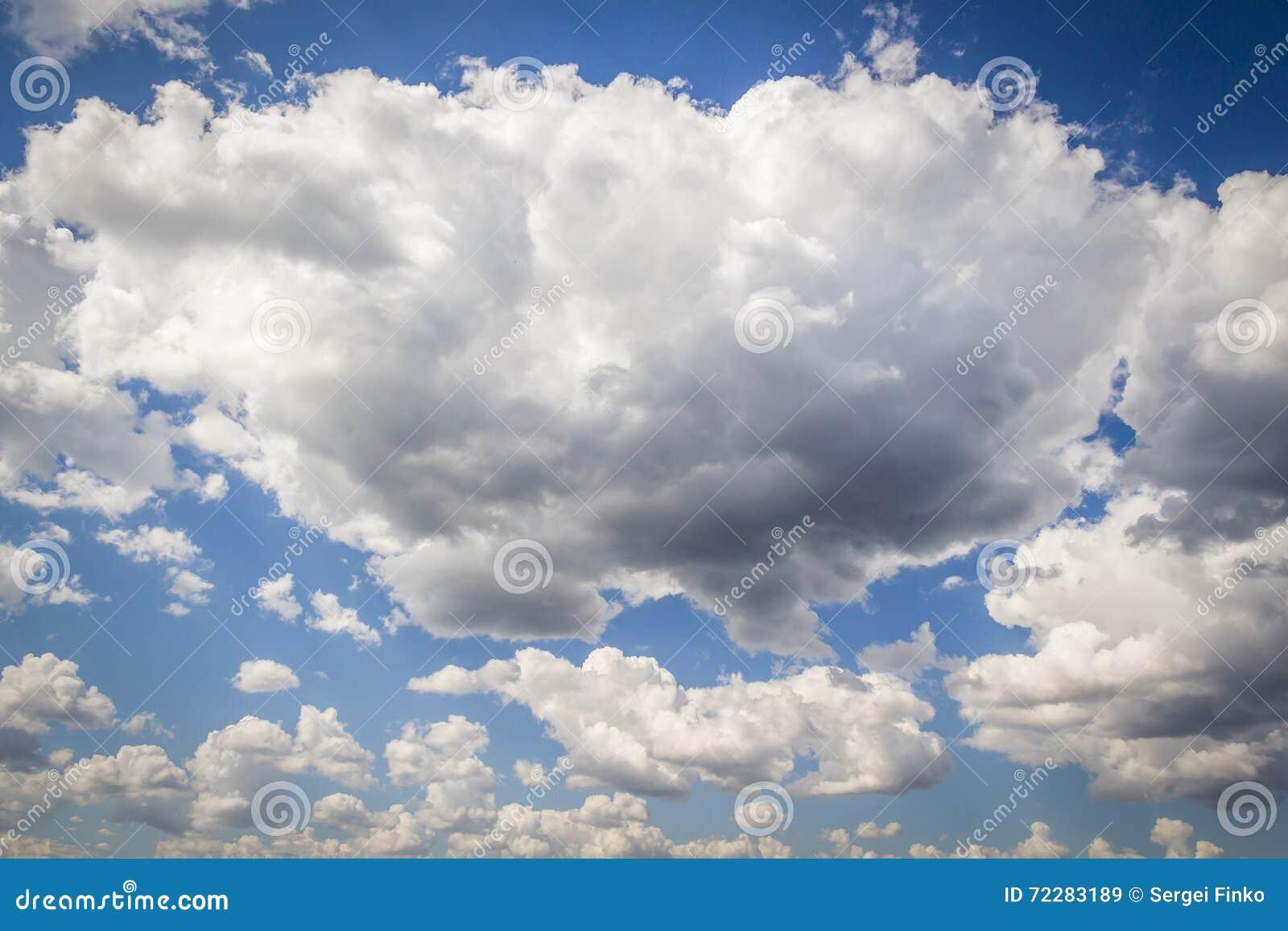 Download Белые большие облака стоковое изображение. изображение насчитывающей явление - 72283189