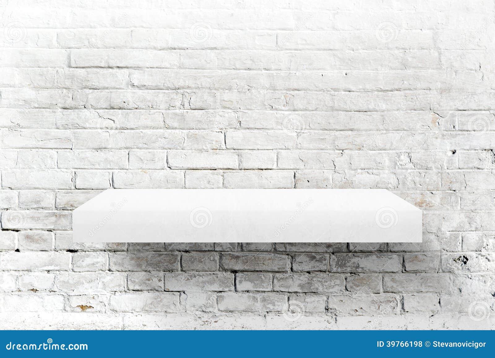 Белые кирпичная стена и полка