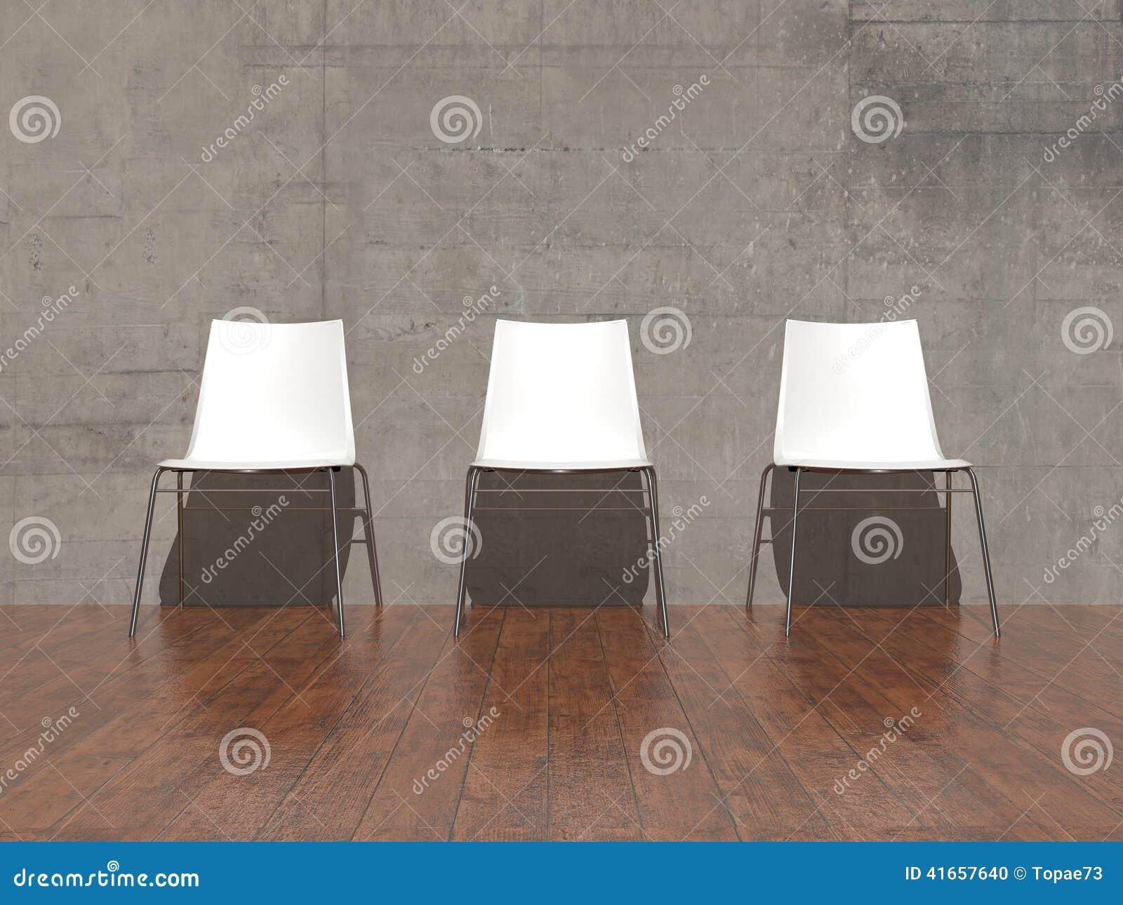 Белые стулья в пустой комнате
