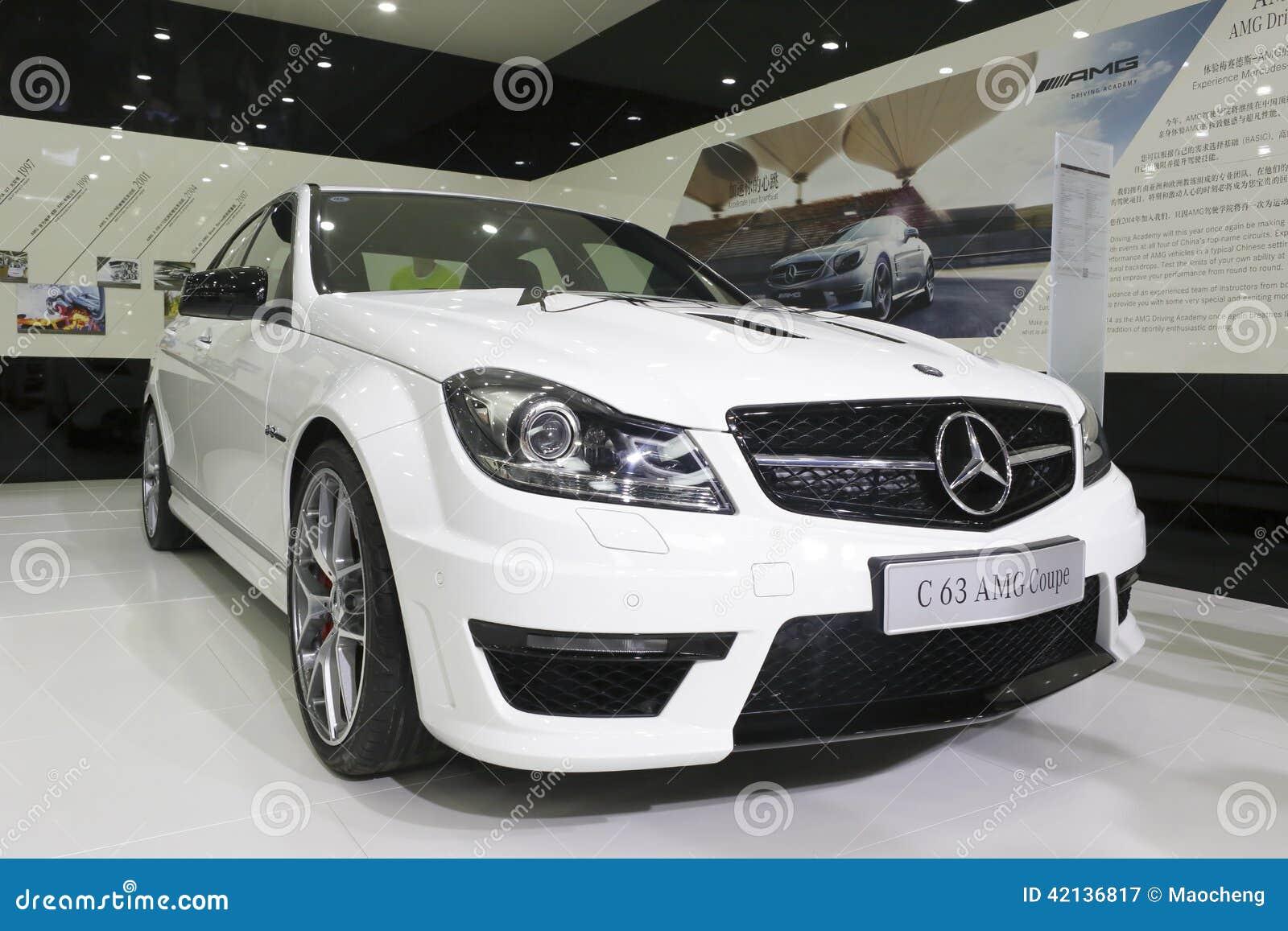 Белый автомобиль coupe amg Мерседес-benz c63