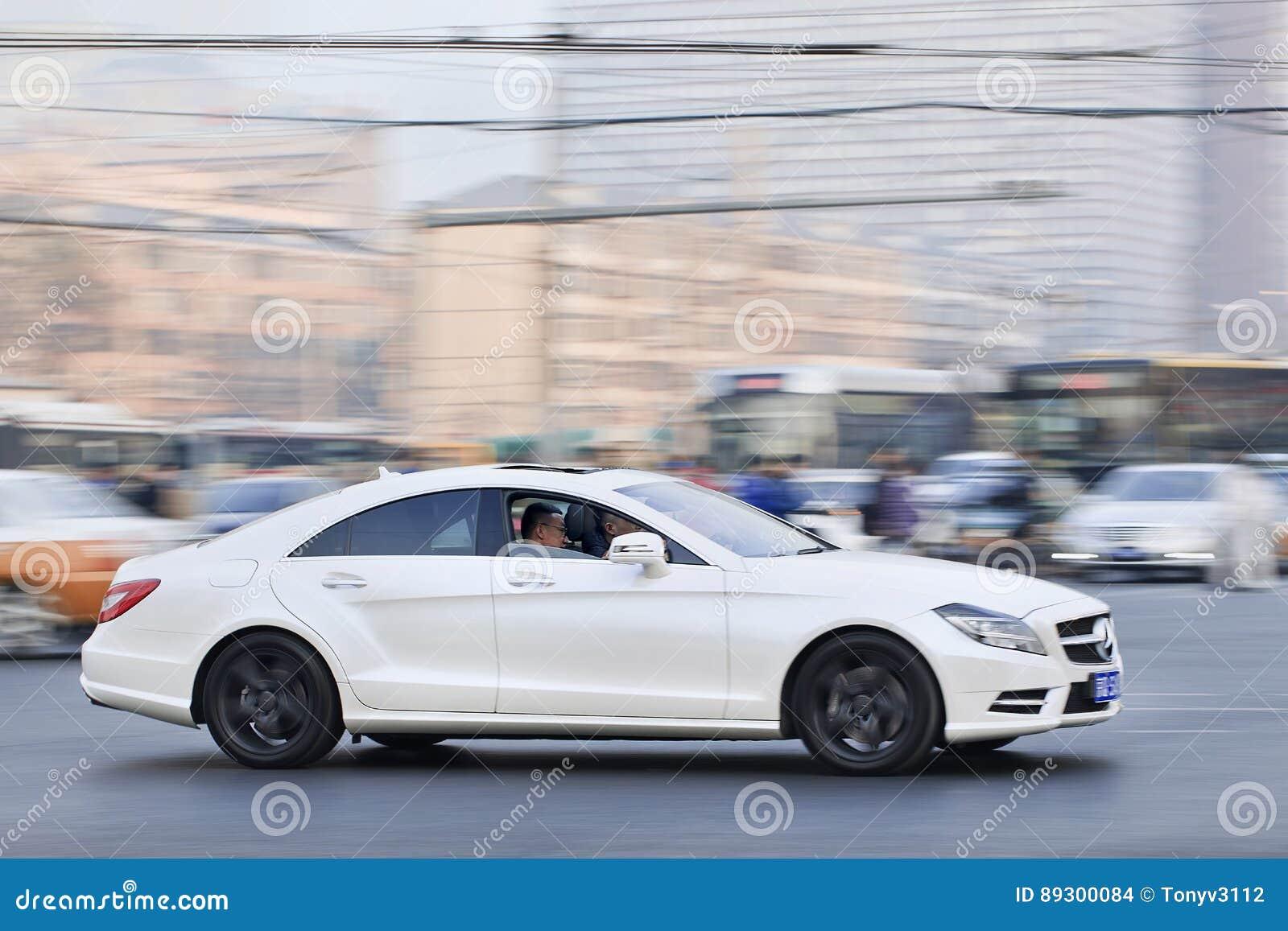 Белый Мерседес-Benz SLS55 AMG в занятом центре города, Пекин, Китай