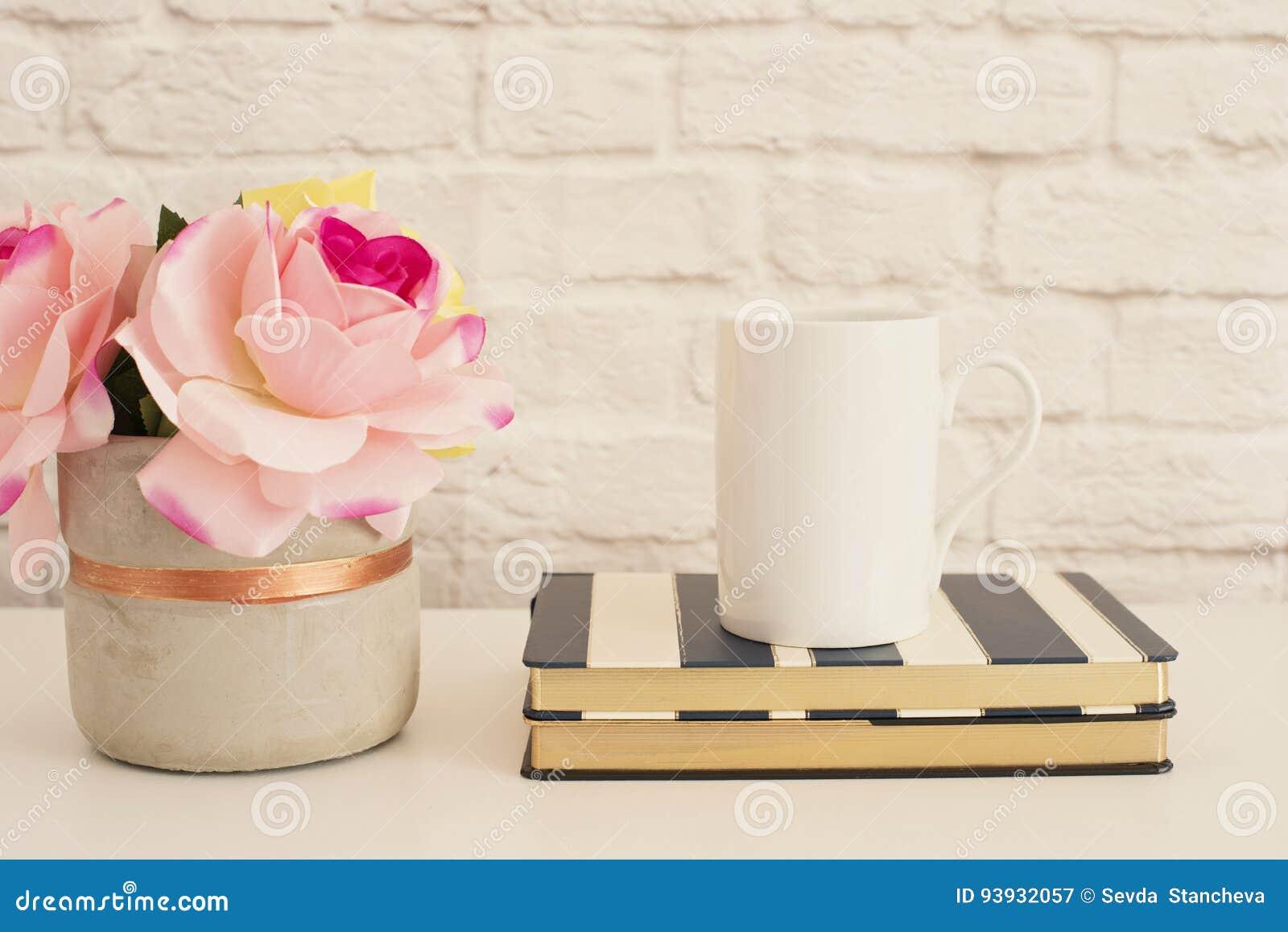 Белый модель-макет кружки Пустая насмешка кружки белого кофе вверх Введенная в моду фотография Дисплей продукта кофейной чашки Кр