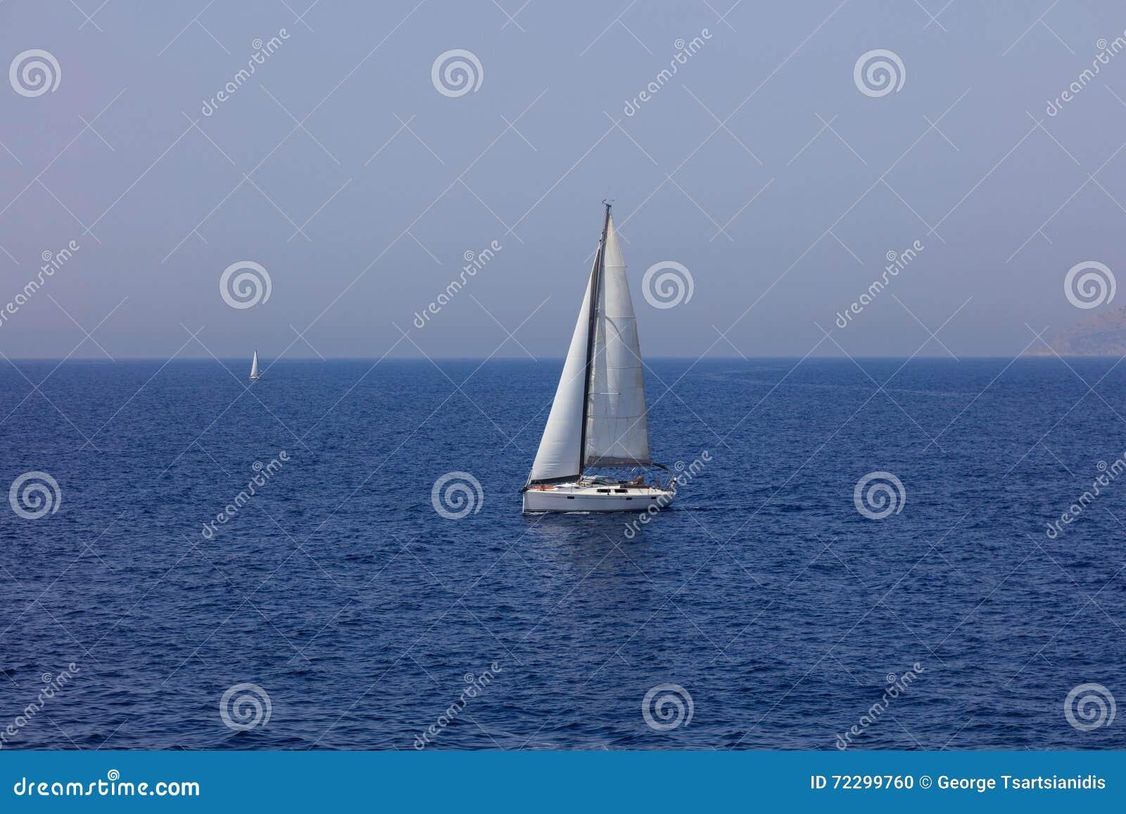 Download Белый парусник плавая в море Стоковое Фото - изображение насчитывающей напольно, море: 72299760