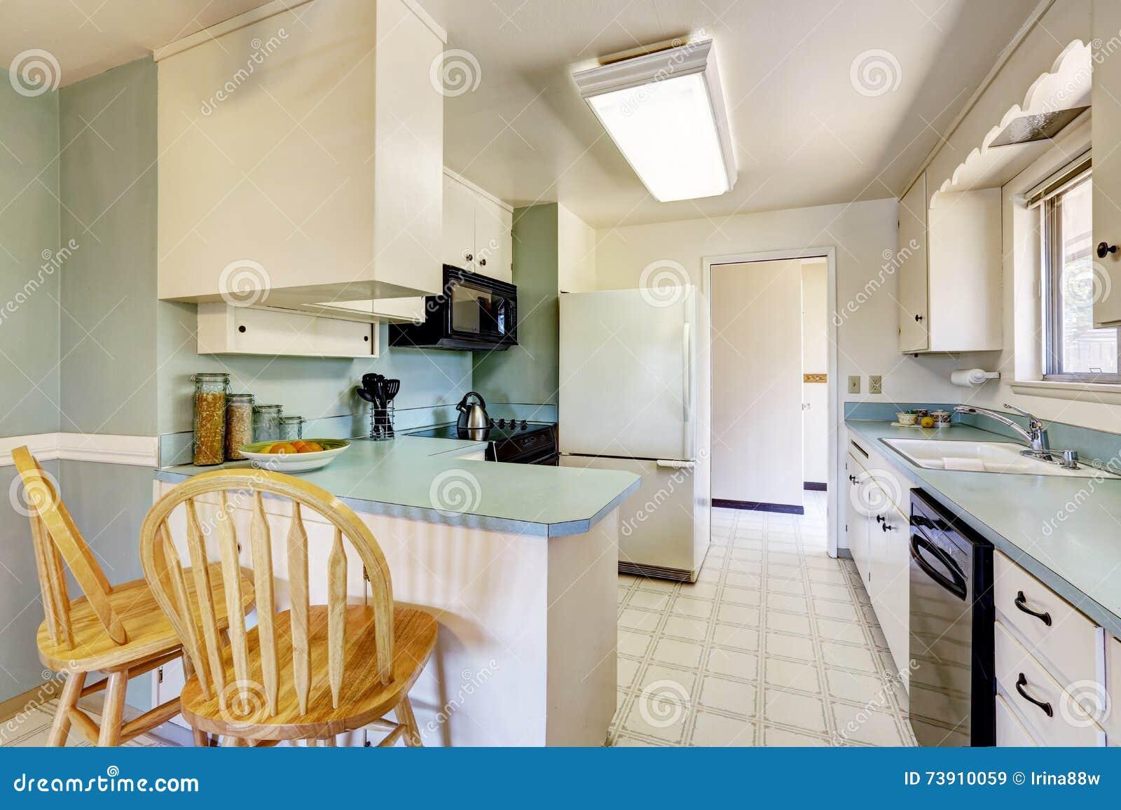 Белый пустой простой старый интерьер кухни