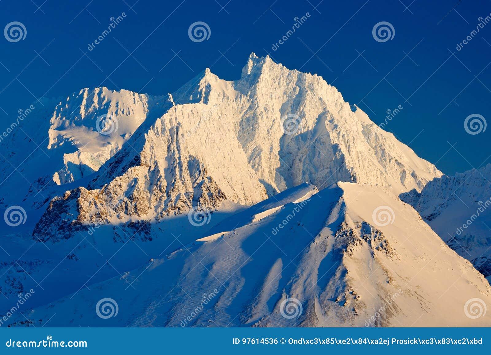 Белый снежный горный пик, голубой ледник Свальбард, Норвегия Лед в океане Айсберг в северном полюсе Красивейший ландшафт Остросло